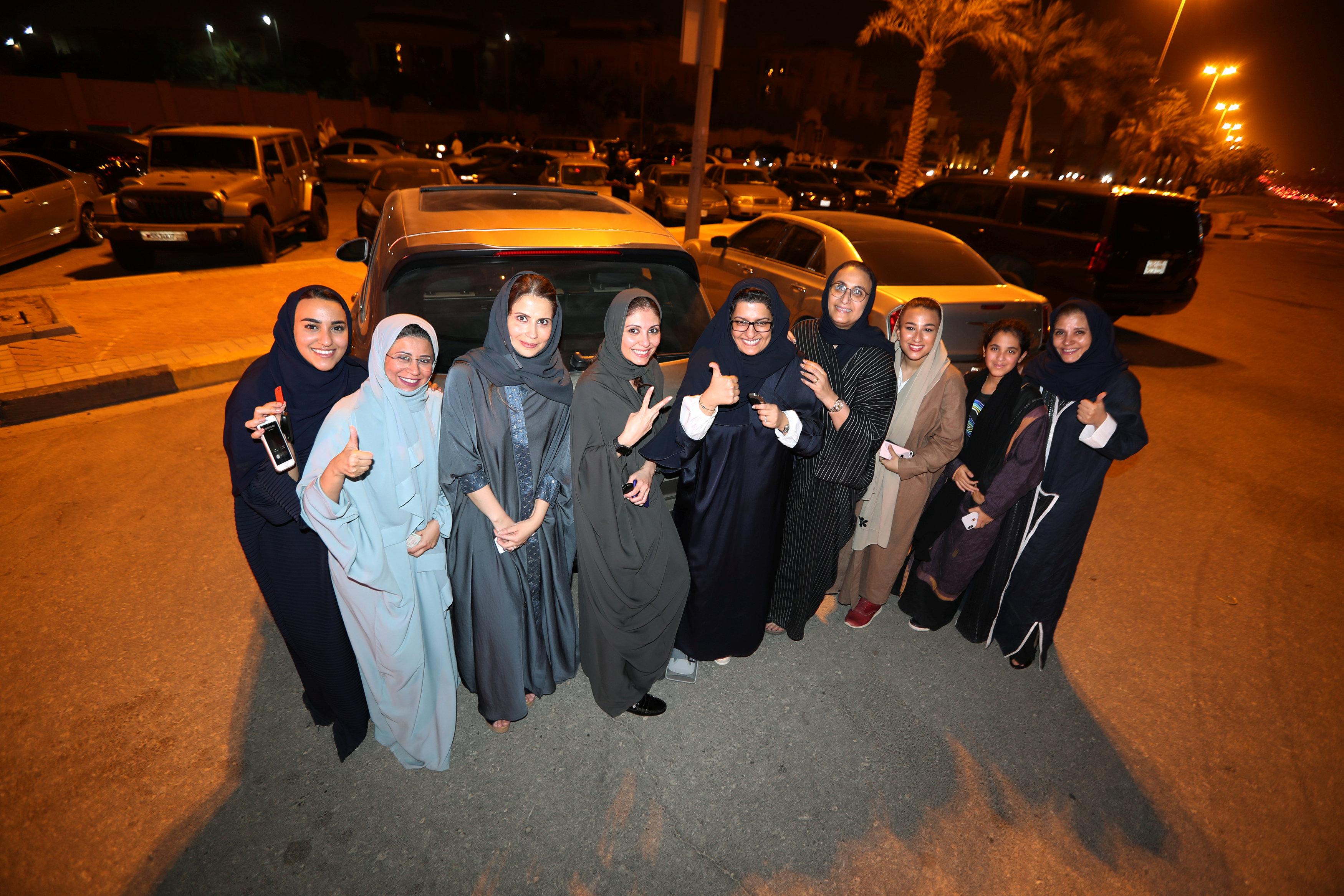 احتفال سيدات فى السعودية بتنفيذ قرار قيادة المرأة للسيارات