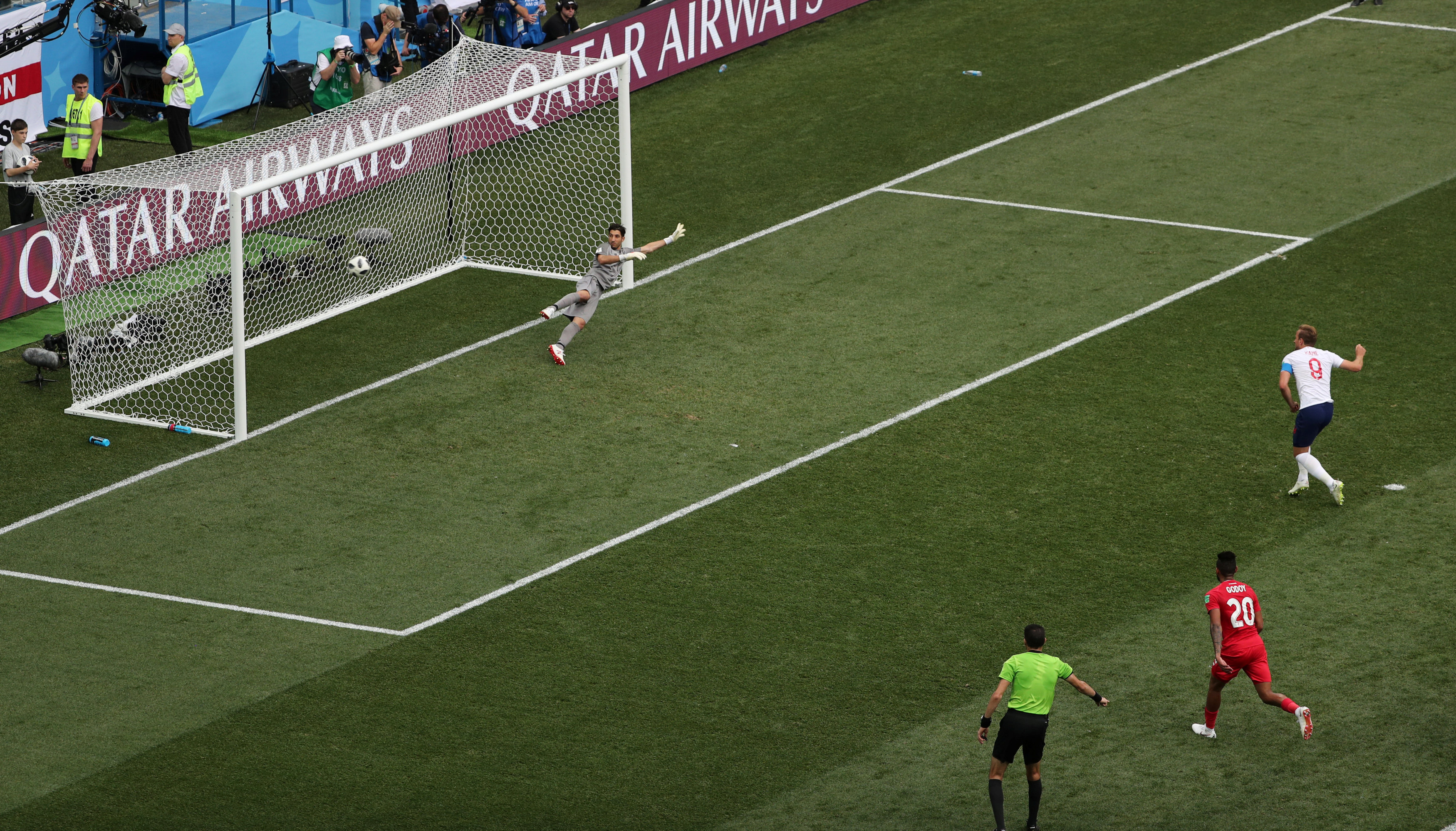 جهاد جريشة يحتسب ضربة جزاء لصالح منتخب إنجلترا