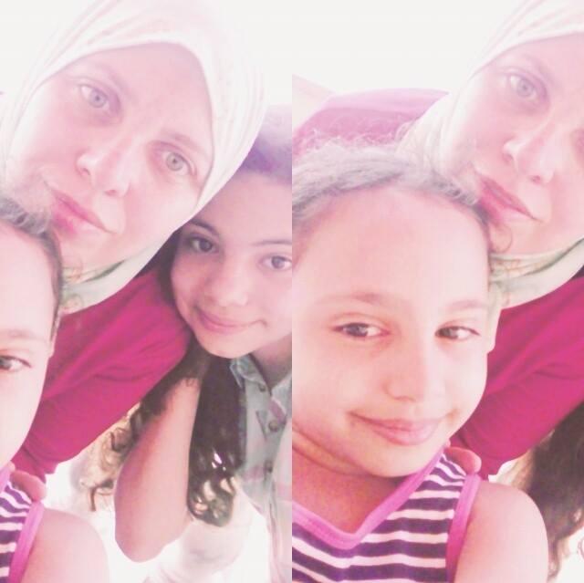 الأم وطفلتيها