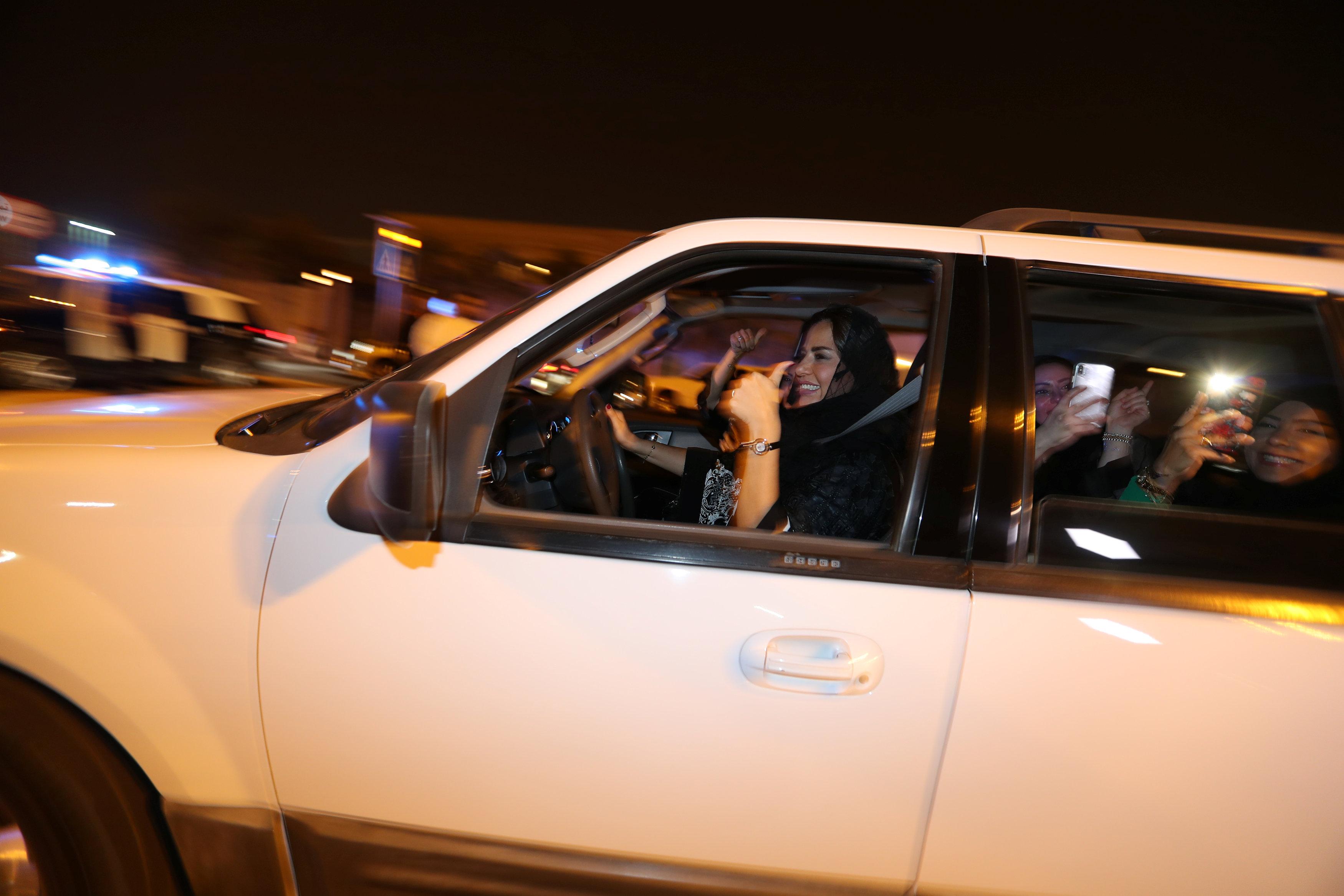 سيدة سعودية تحتفل مع صديقاتها وهي تقود سيارتها