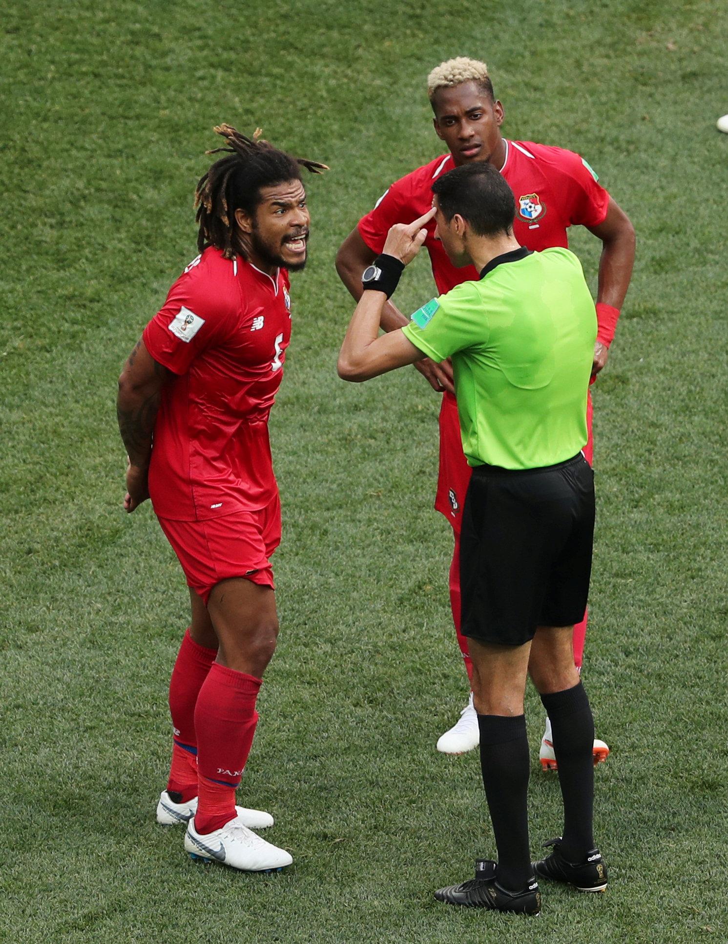 جهاد جريشة يتحدث مع لاعب منتخب بنما