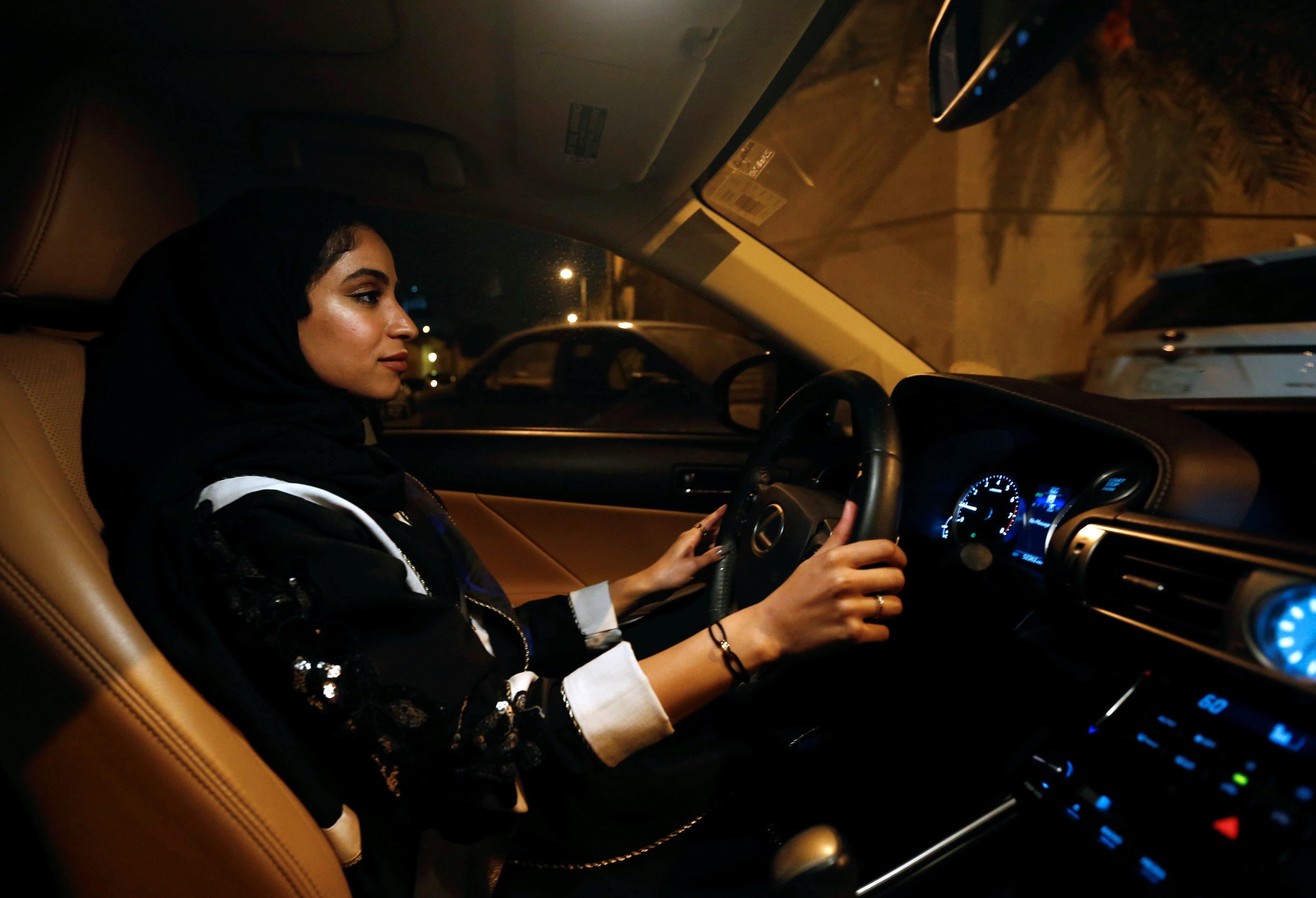 فتاة سعودية تقود سيارتها فى الرياض