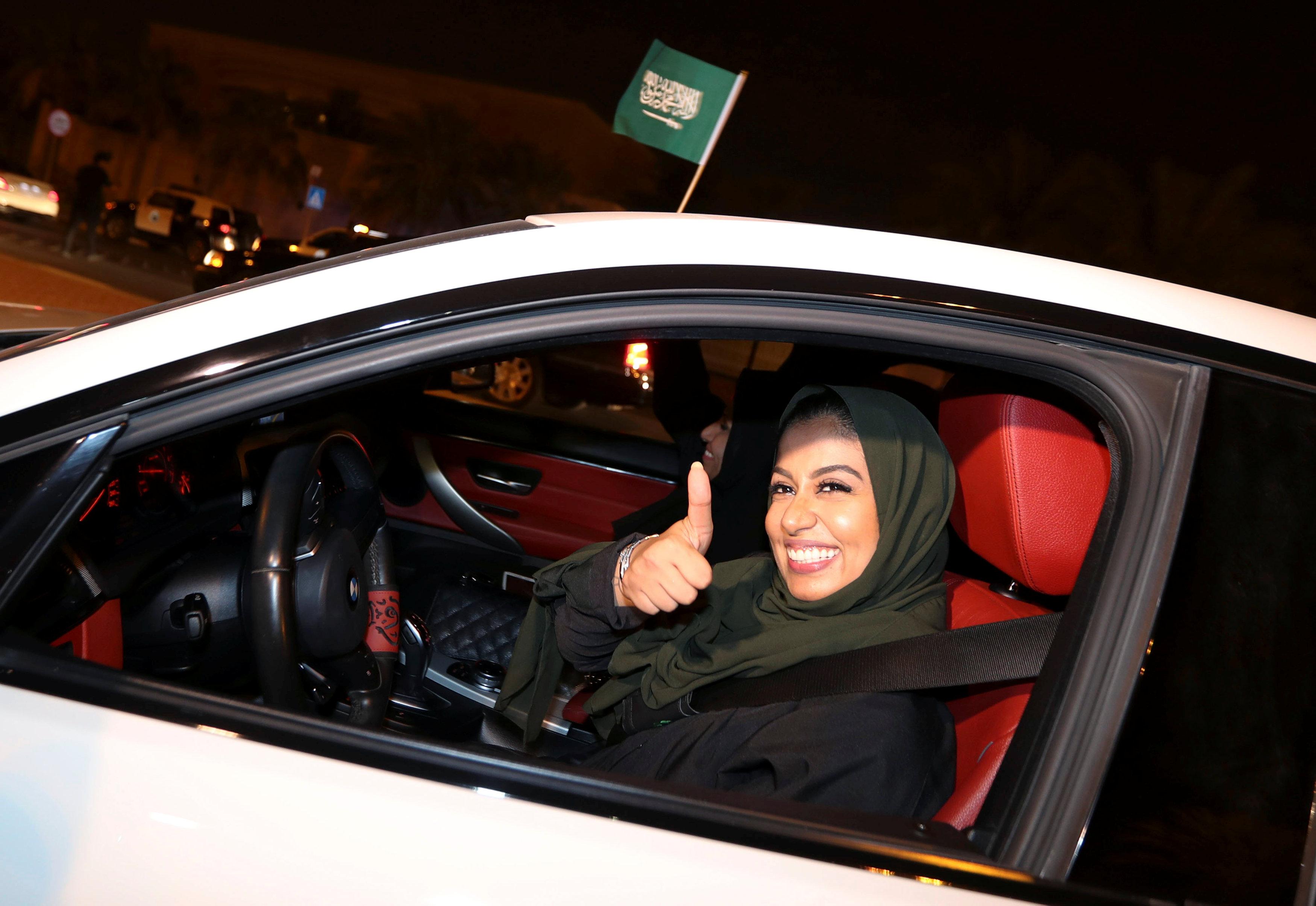 الفرحة فى وجه سيدة سعودية خلال قيادة السيارة