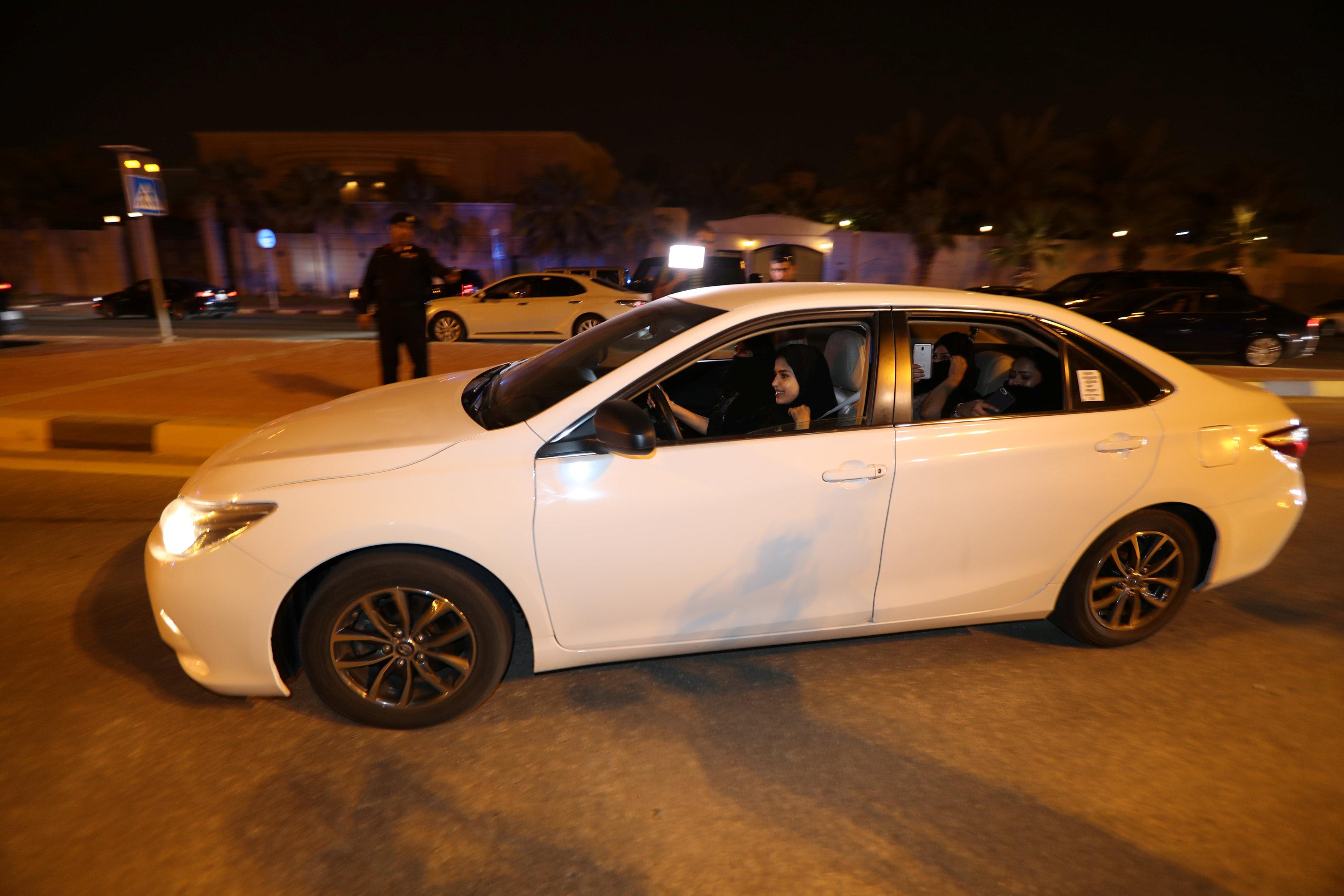 فتاة سعودية تقود السيارة فى مدينة الخبر السعودية
