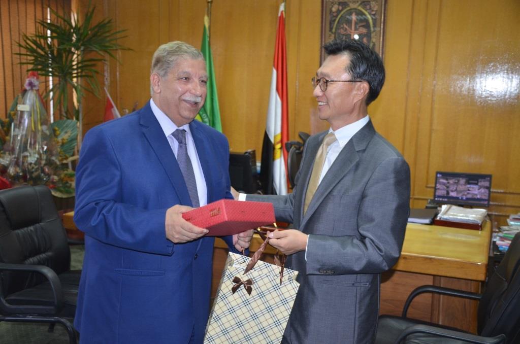 3- المحافظ يتسلم درع السفارة الكورية