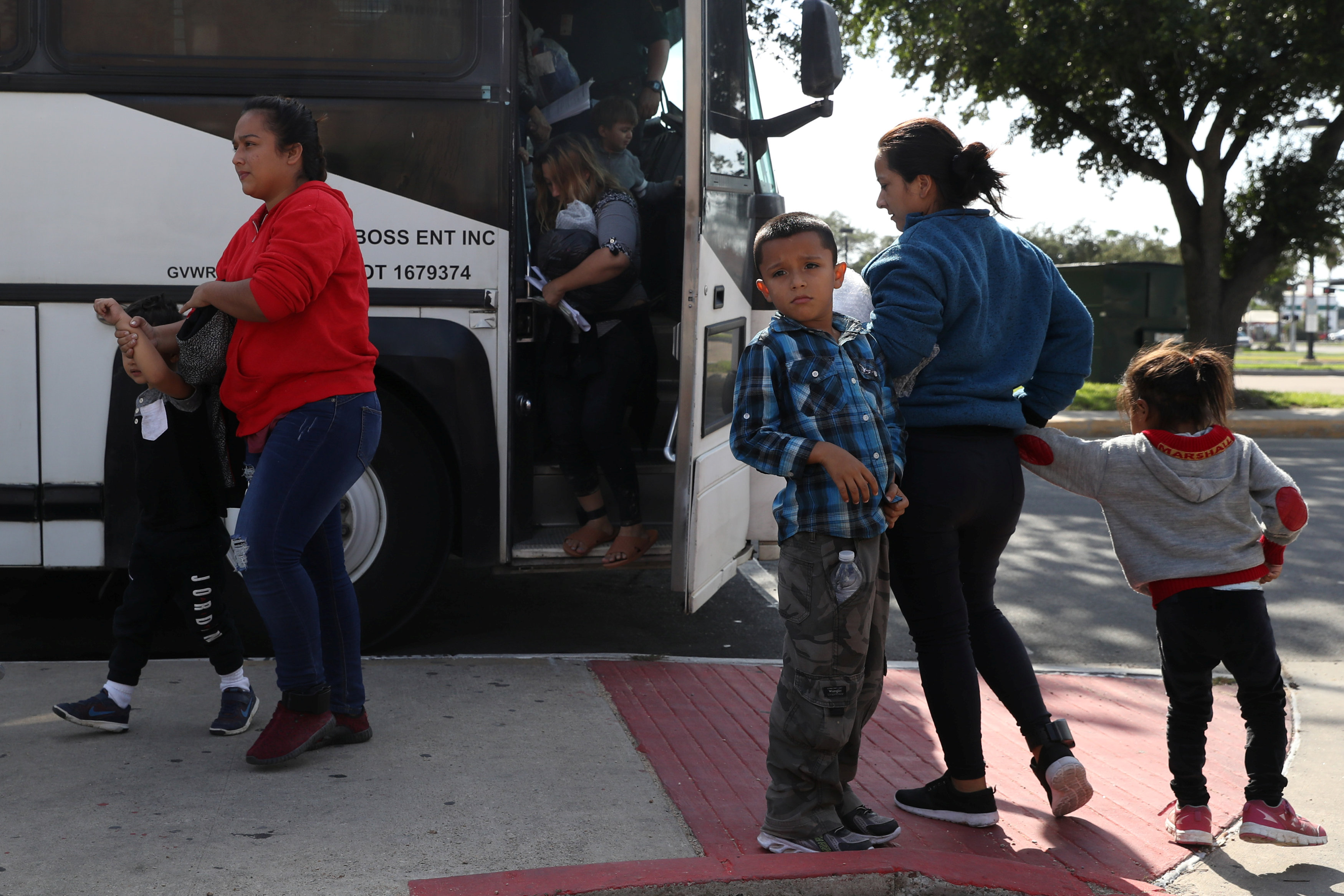 immigration agents take child from mom - 950×633