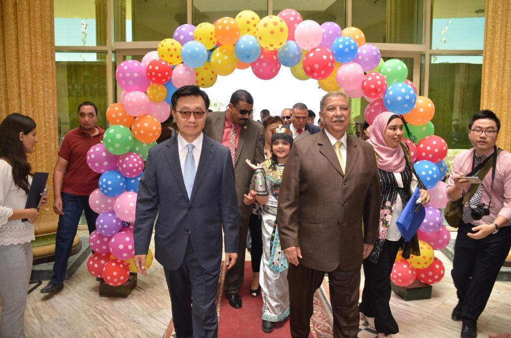 المحافظ والسفير الكورى أثناء الافتتاح
