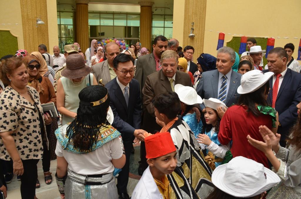 السفير الكورى ومحافظ الإسماعيلية مع الأطفال