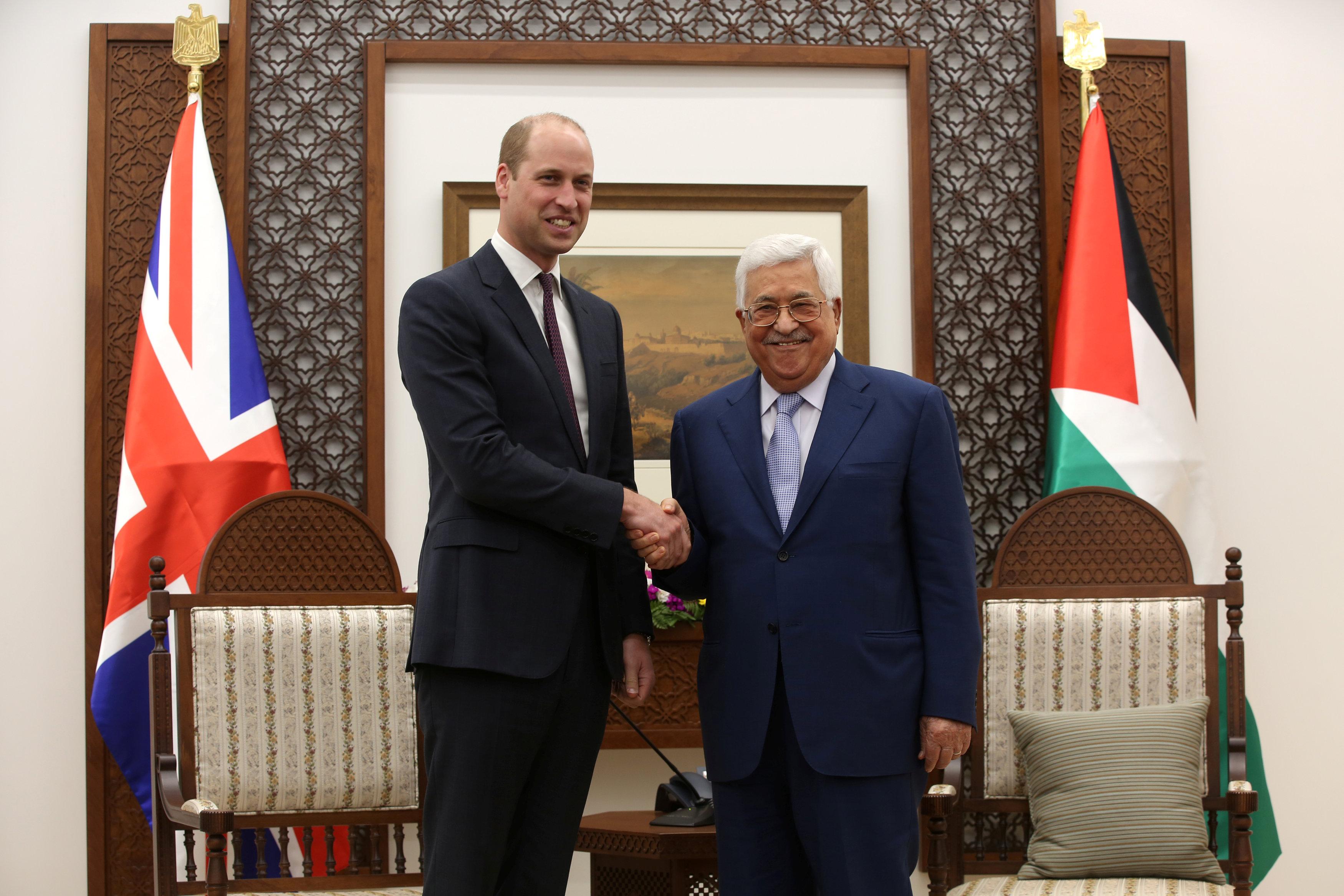الرئيس عباس يصافح الأمير وليام