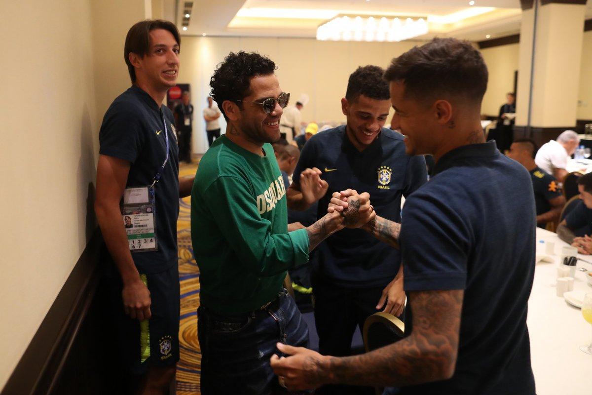 ألفيس يلتقى مع لاعبى البرازيل