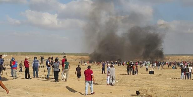 فلسطينيون وسط الدخان