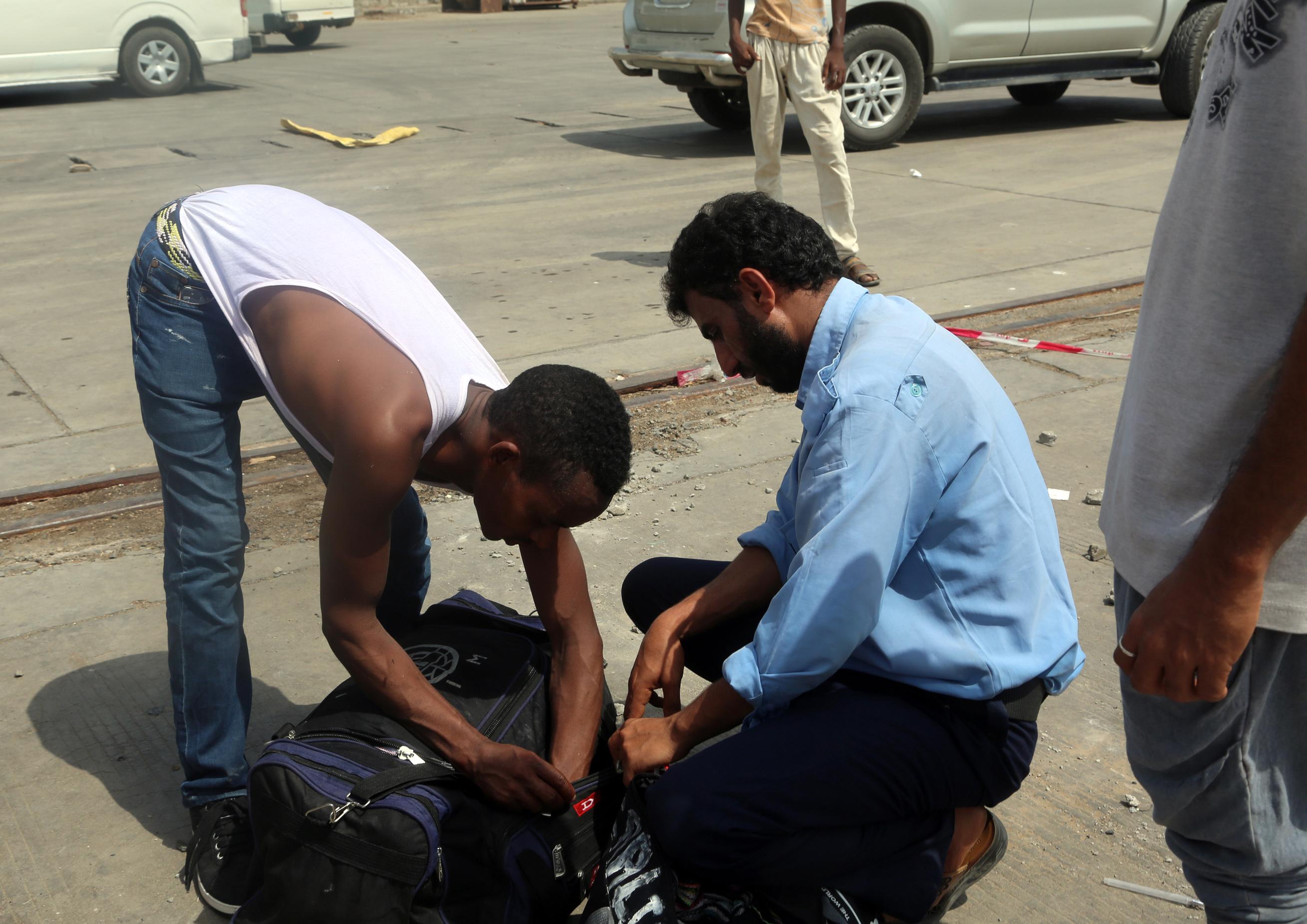 تفتيش أمتعة مهاجرين أثيوبيين قبل مغادرتهم اليمن