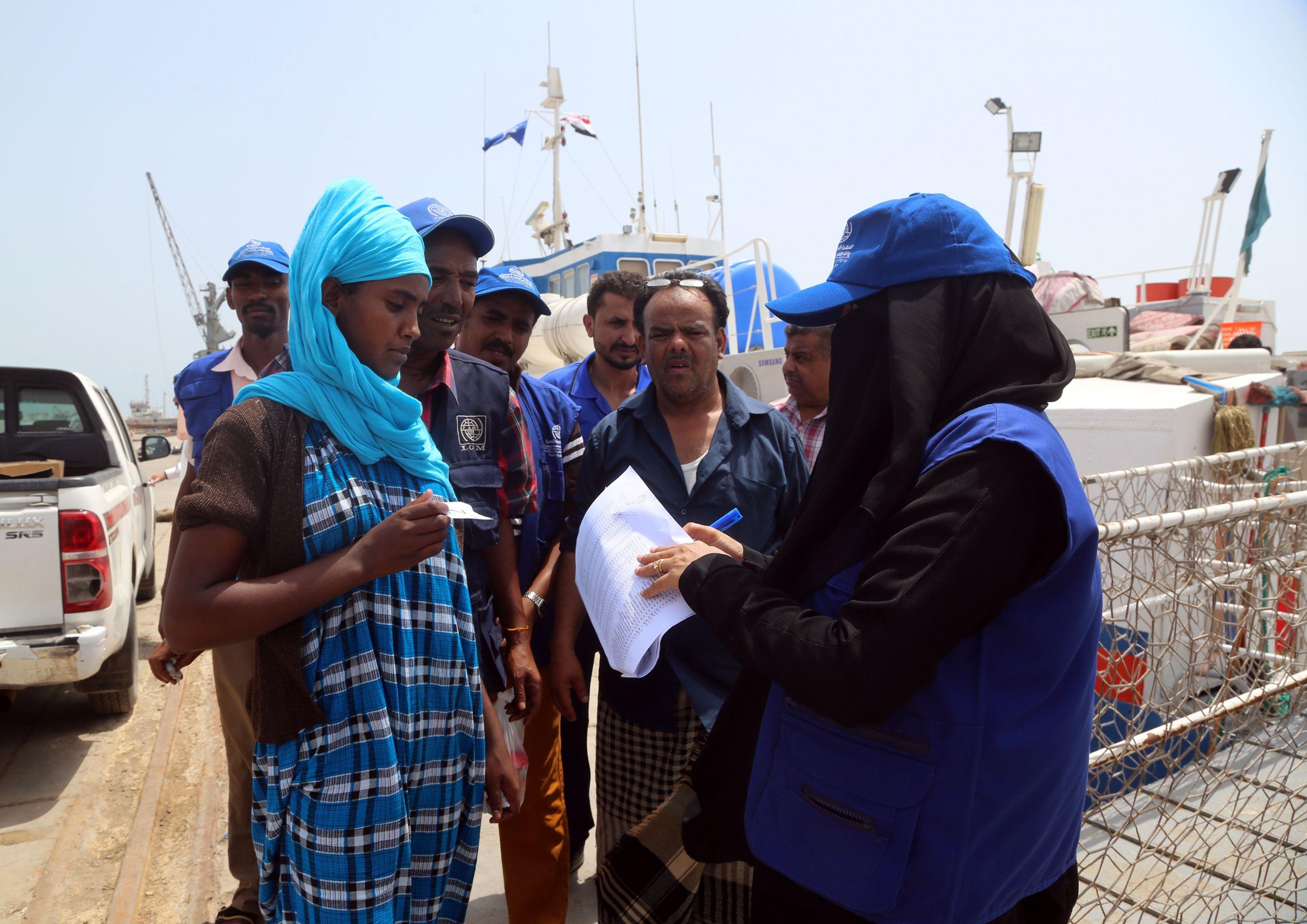 فحص أوراق مهاجرين أثوبيين فى اليمن