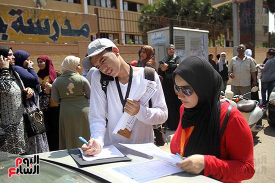 طلاب يراجعون الامتحان خارج لجان الثانوية العامة