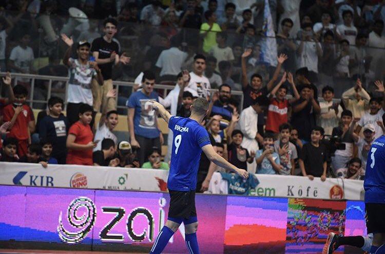 زيدان يتلقى التحية من الجماهير الكويتية