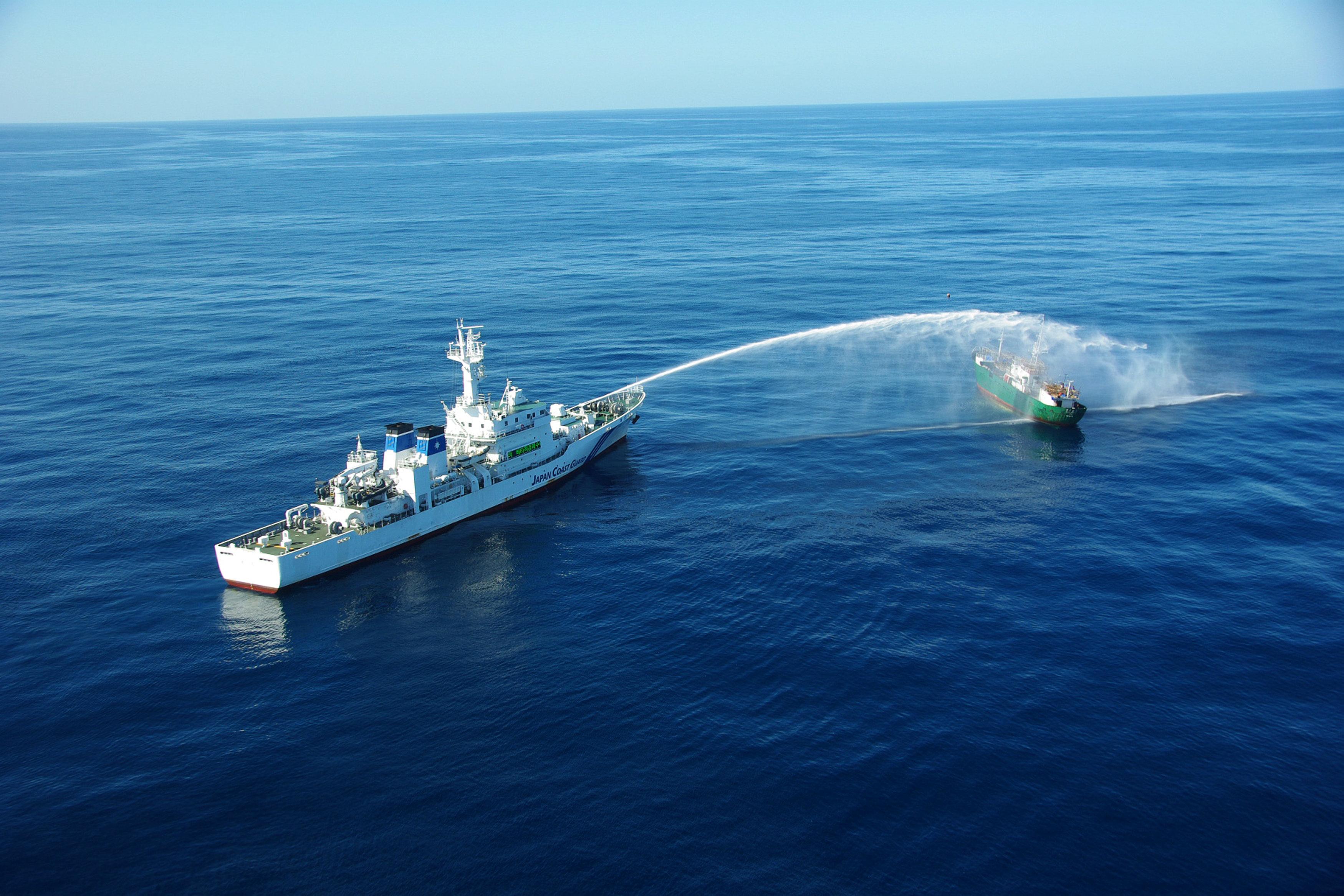 ضخ مياه على مركب صيد كوريا الشمالية