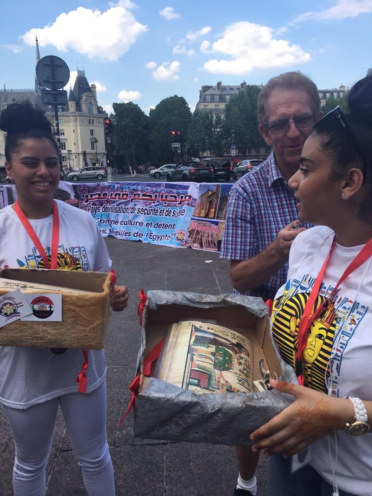 توزيع الهدايا على الاجانب فى فرنسا