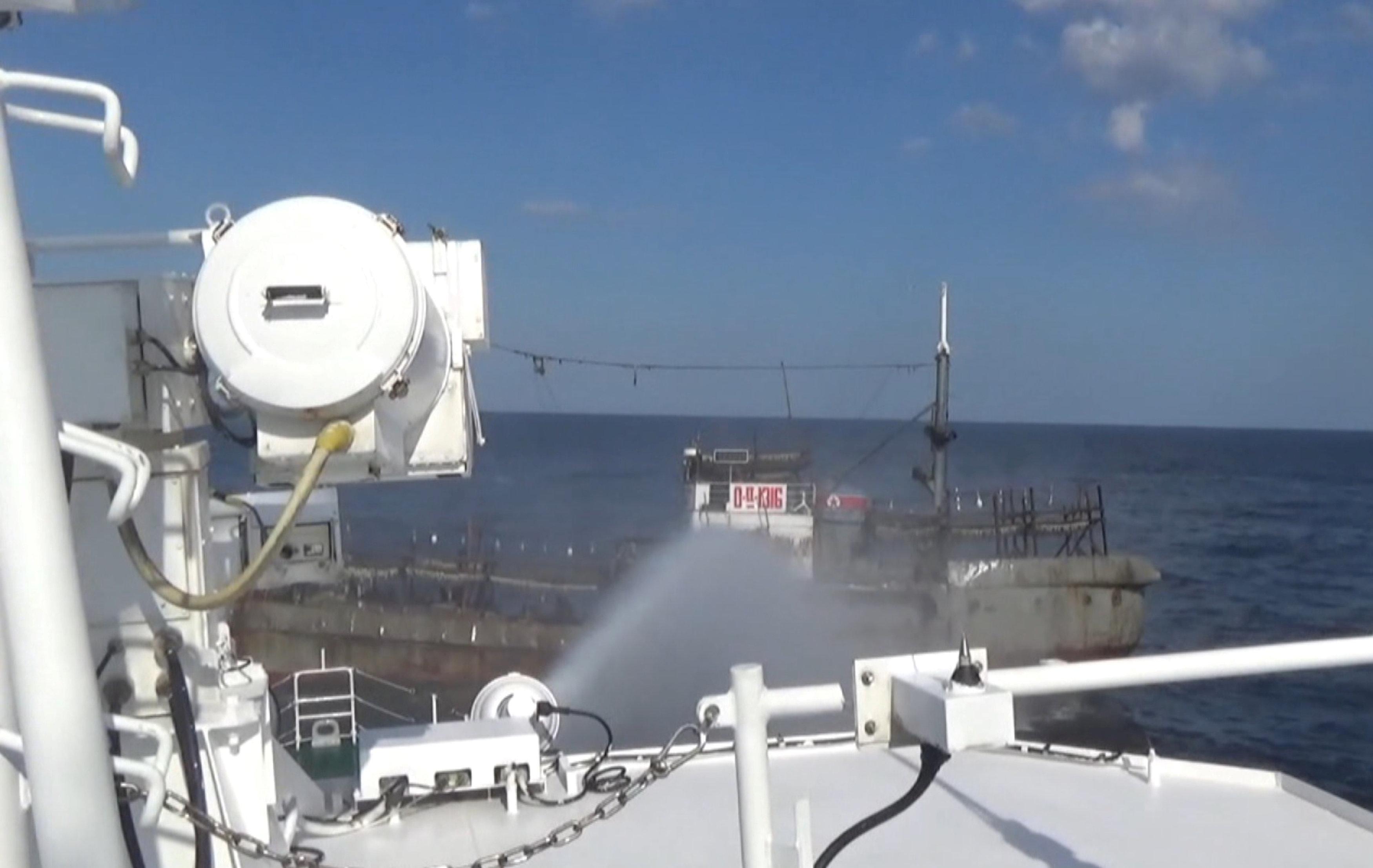 مدافع المياه على مركب صيد كورى شمالى