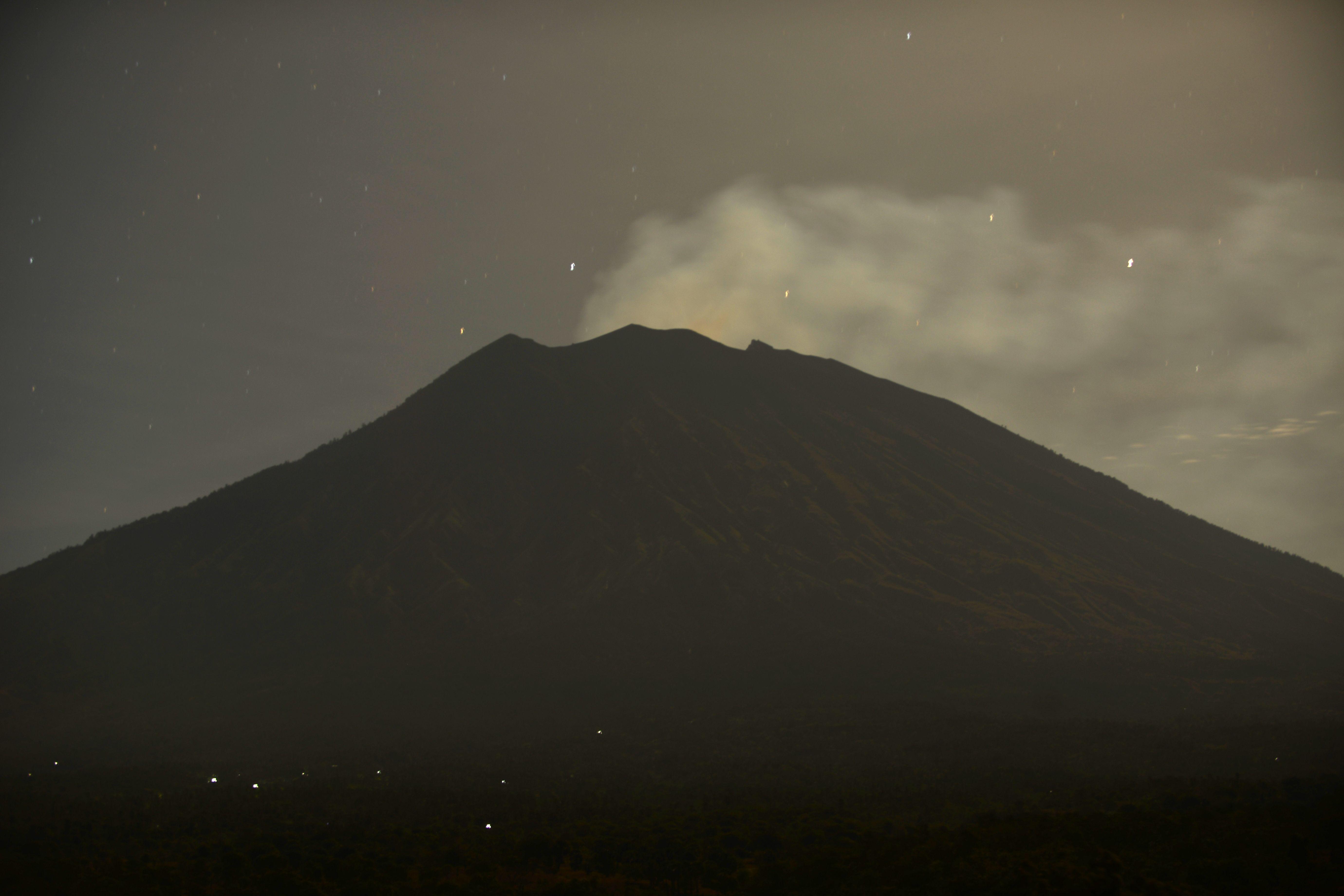 هدوء بركان جبل أجونج بعد ثورانه بالأمس