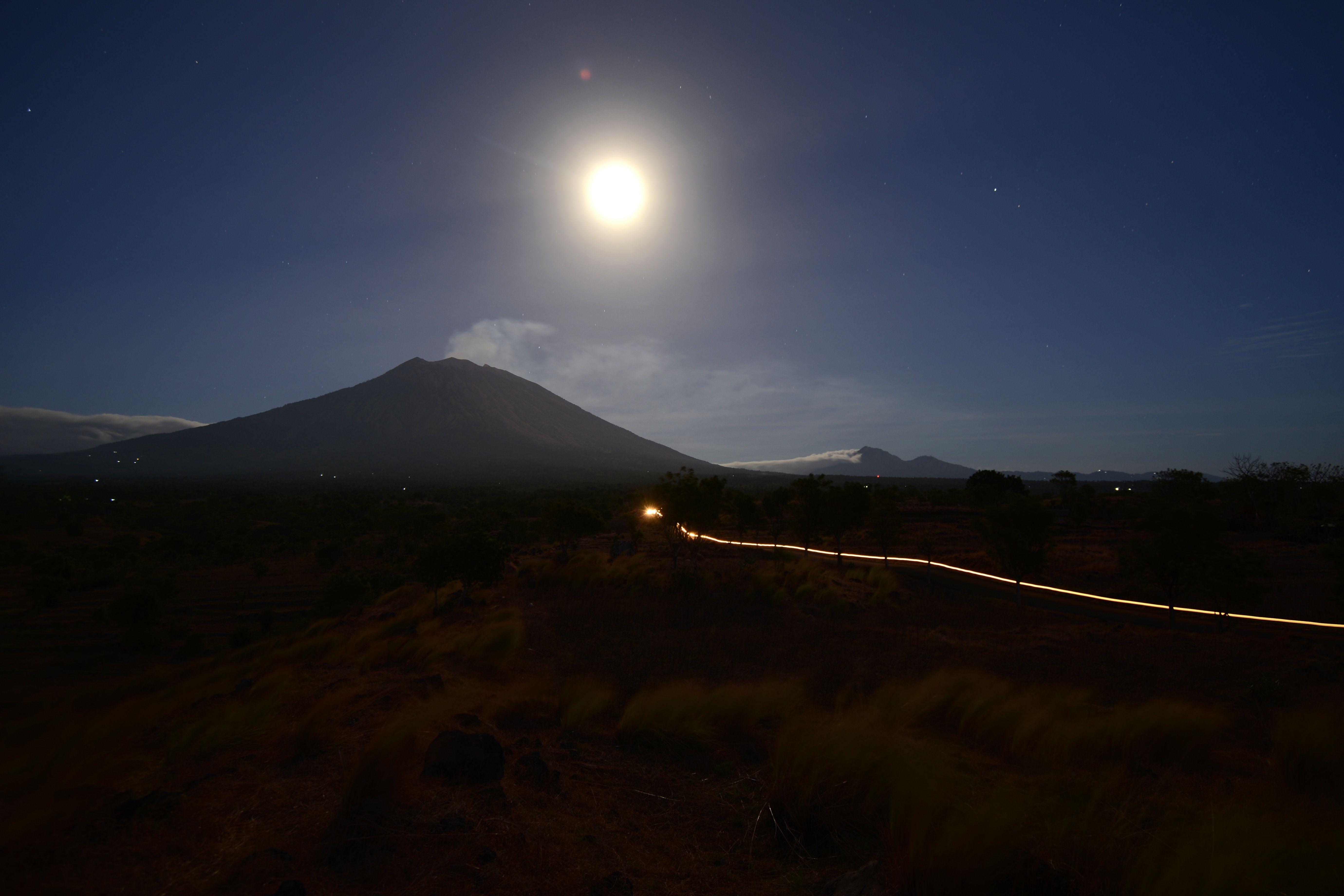 هدوء ثوران بركان جبل أجونج