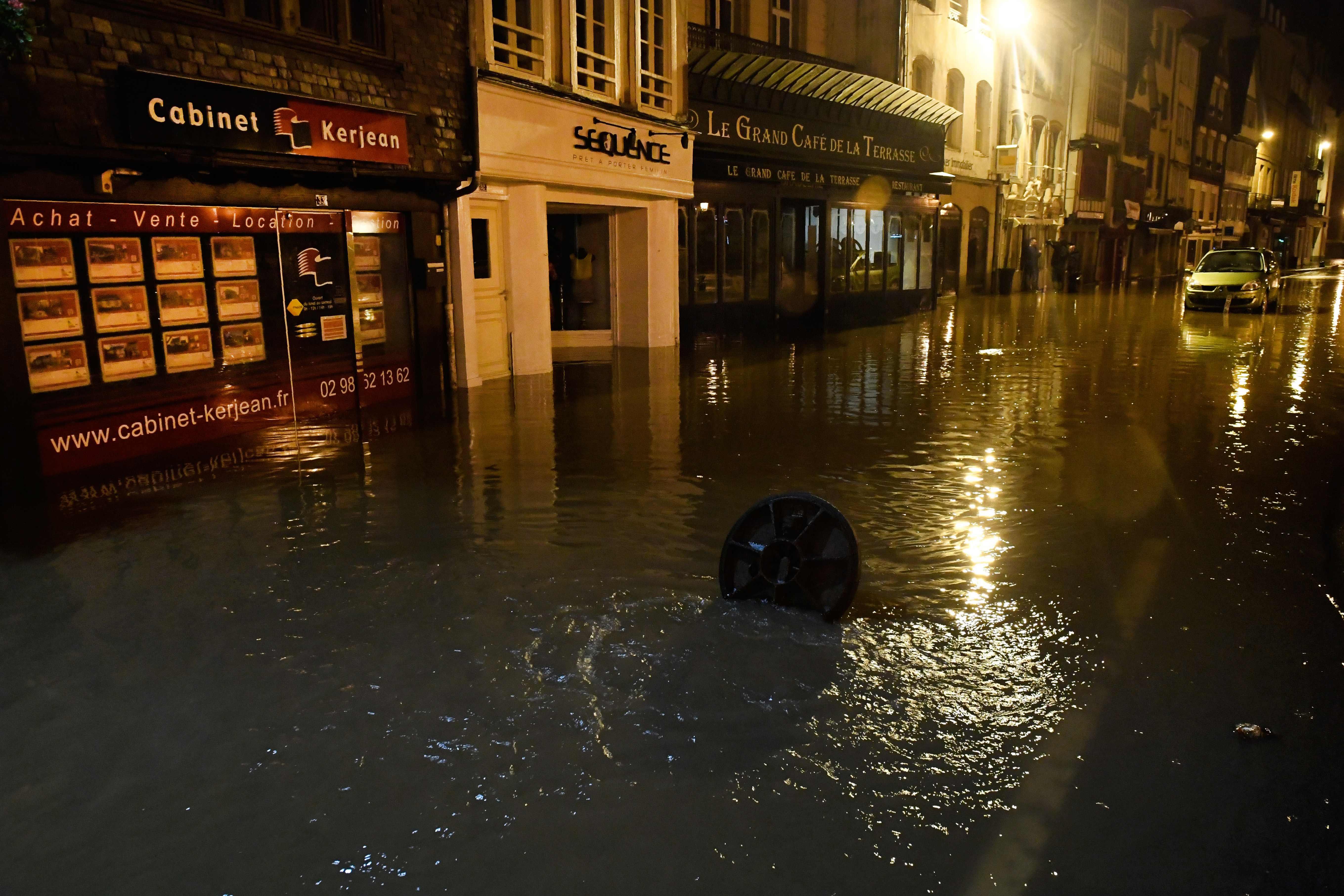 المياه تغرق الشوارع