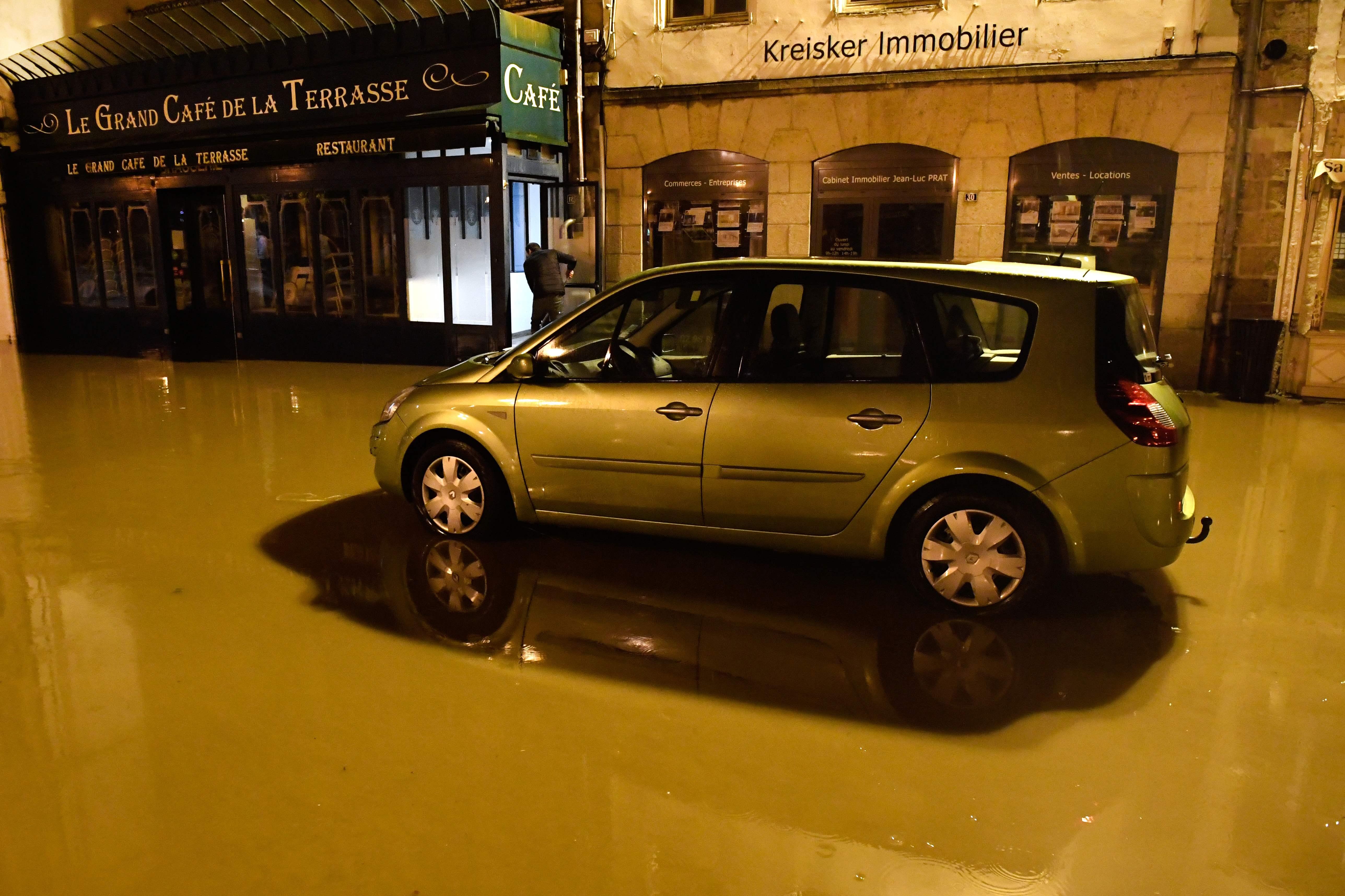سيارة تسير في المياه