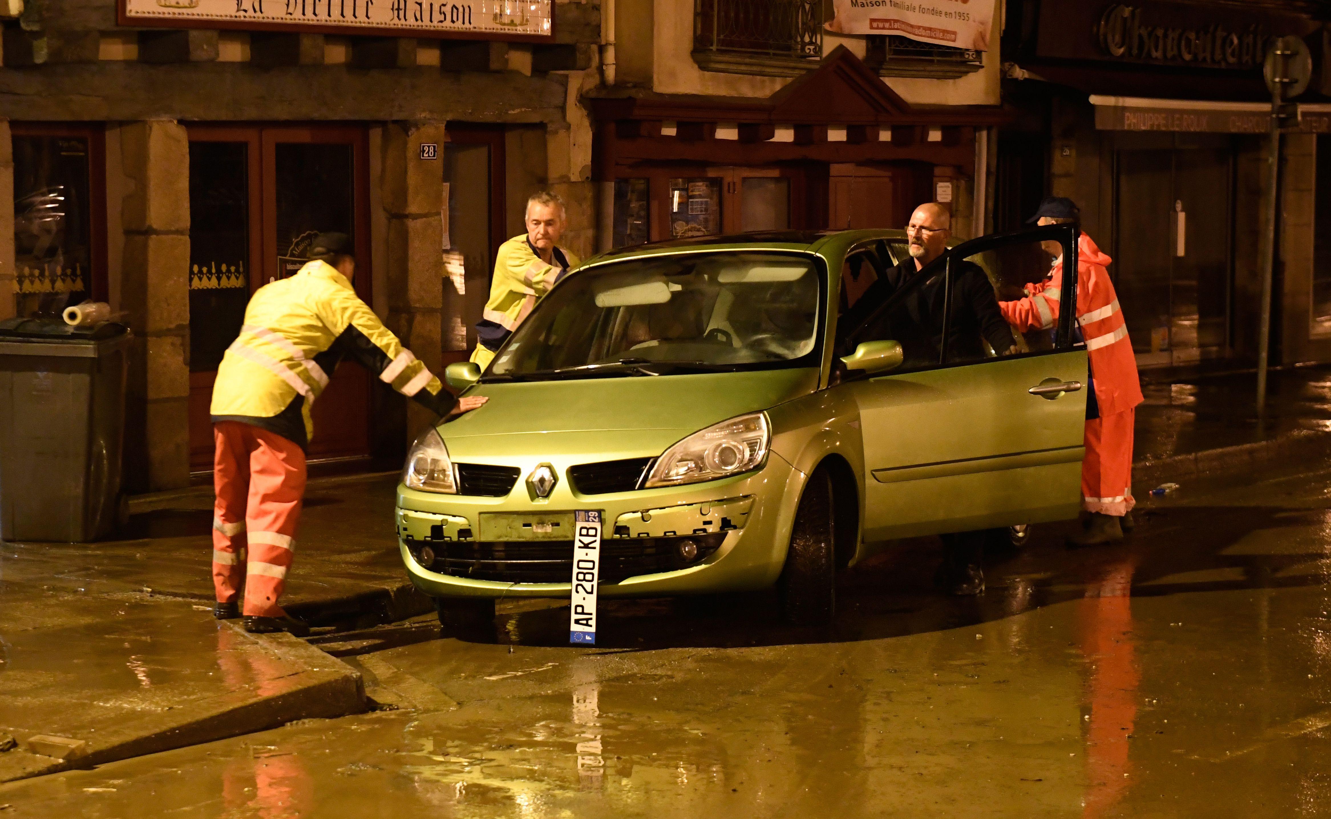 إنقاذ سيارة عالقة