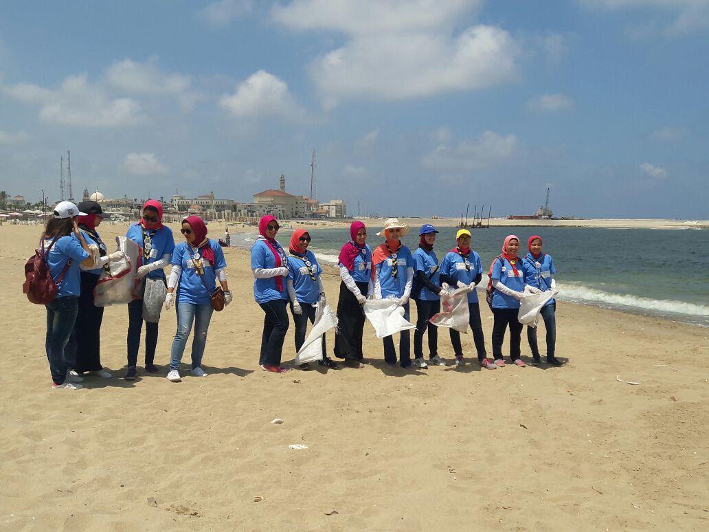 بدء حملة شباب بيحب مصر لنظافة شاطئ الانفوشى بالإسكندرية (18)
