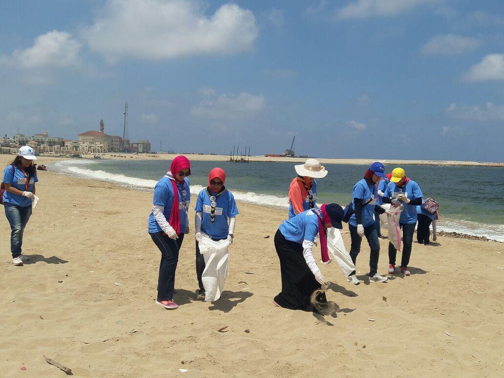 بدء حملة شباب بيحب مصر لنظافة شاطئ الانفوشى بالإسكندرية (7)
