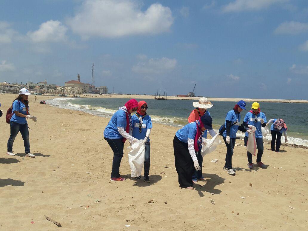 بدء حملة شباب بيحب مصر لنظافة شاطئ الانفوشى بالإسكندرية (3)