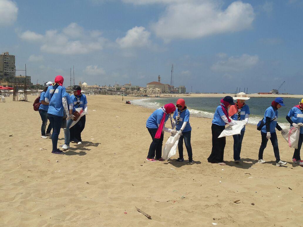 بدء حملة شباب بيحب مصر لنظافة شاطئ الانفوشى بالإسكندرية (10)