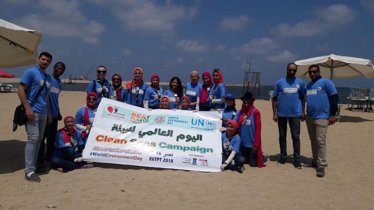 بدء حملة شباب بيحب مصر لنظافة شاطئ الانفوشى بالإسكندرية (5)