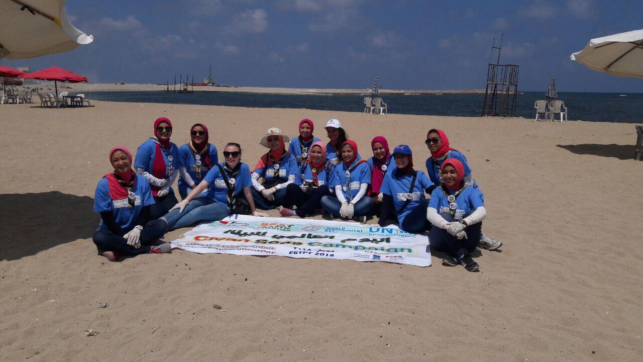 بدء حملة شباب بيحب مصر لنظافة شاطئ الانفوشى بالإسكندرية (20)