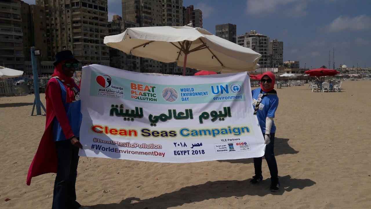 بدء حملة شباب بيحب مصر لنظافة شاطئ الانفوشى بالإسكندرية (4)