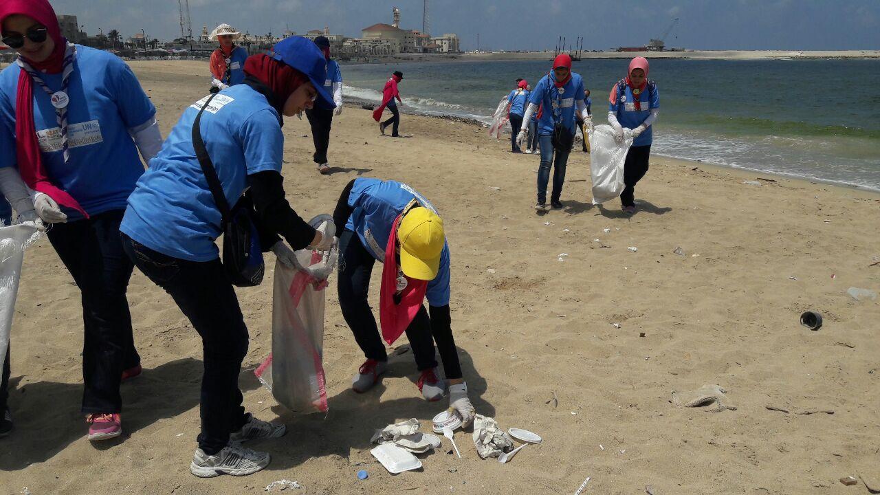 بدء حملة شباب بيحب مصر لنظافة شاطئ الانفوشى بالإسكندرية (2)