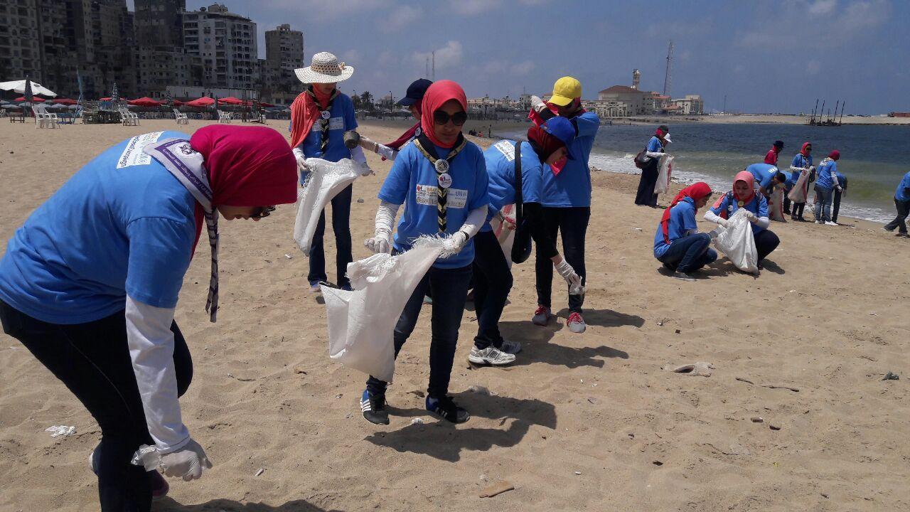 بدء حملة شباب بيحب مصر لنظافة شاطئ الانفوشى بالإسكندرية (9)