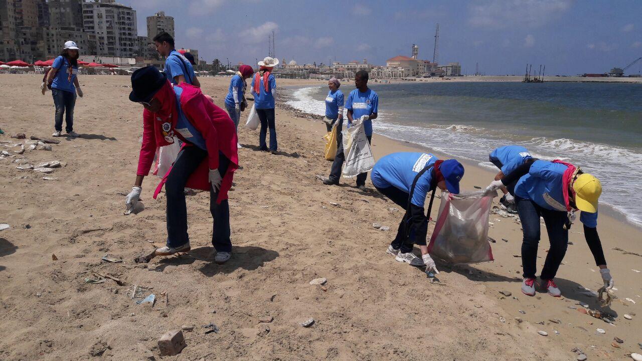 بدء حملة شباب بيحب مصر لنظافة شاطئ الانفوشى بالإسكندرية (1)