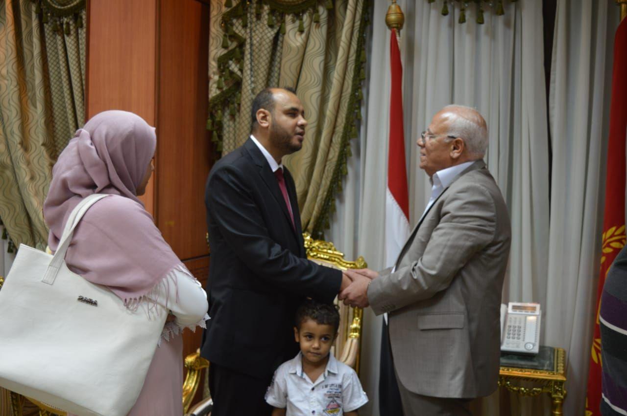 محافظ بورسعيد يكرم شاب كفيف لحصوله على الماجستير (4)