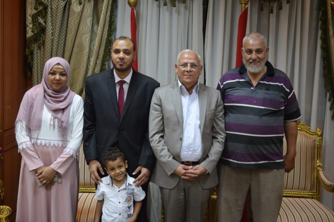 محافظ بورسعيد يكرم شاب كفيف لحصوله على الماجستير (2)