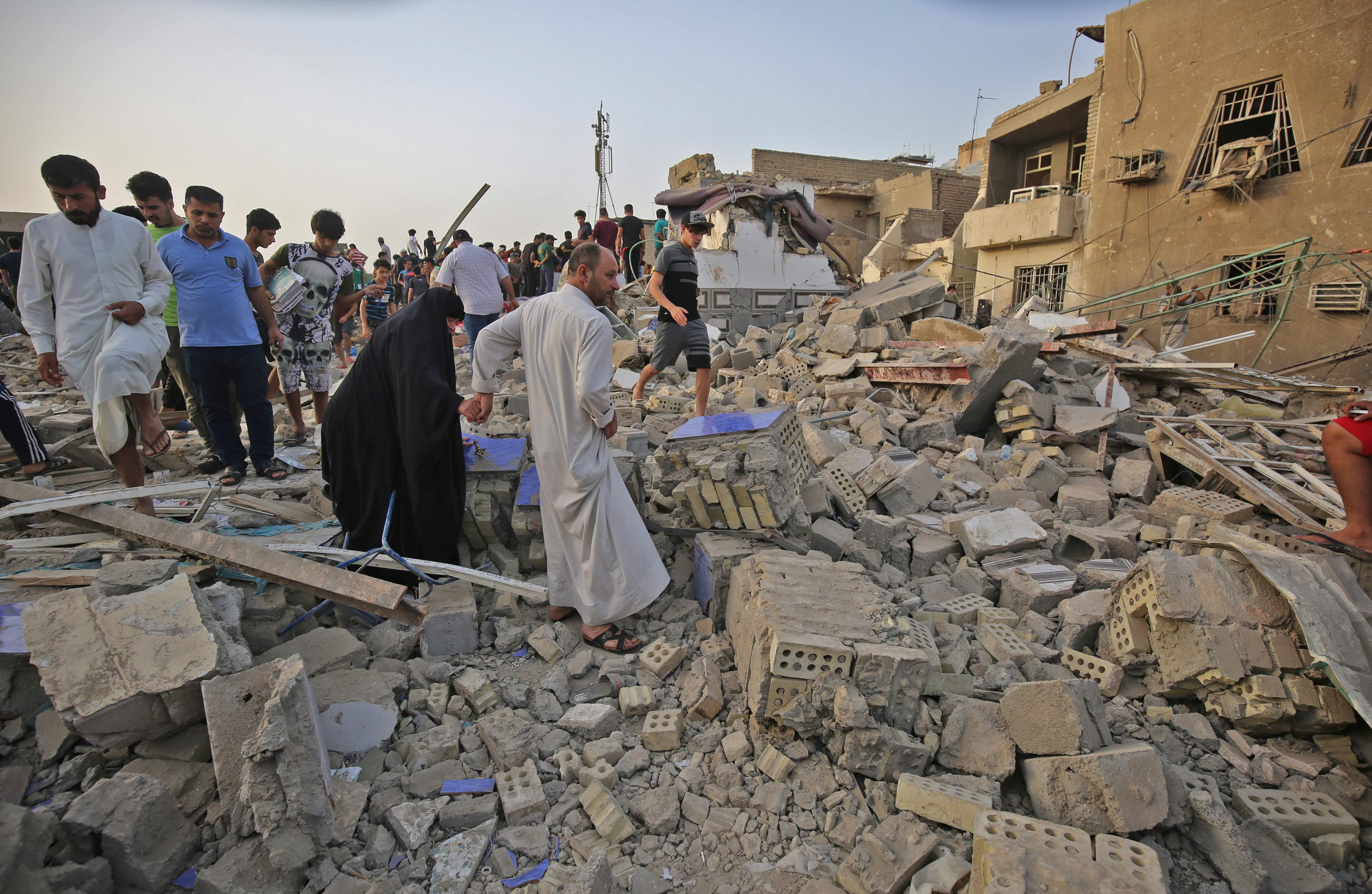 جانب من تواجد العراقيين بموقع التفجير
