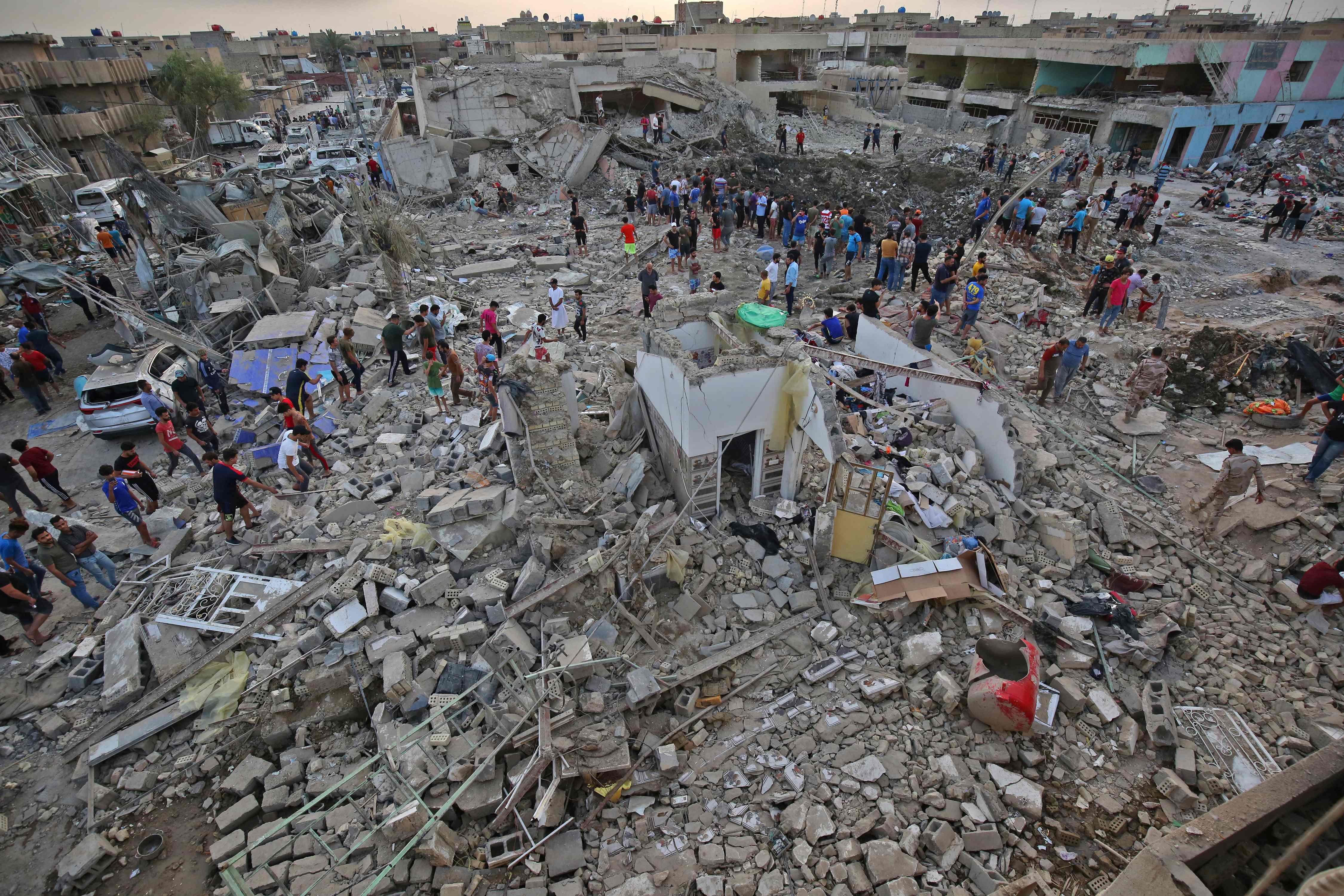 تواجد مواطنون عراقيون بموقع التفجير