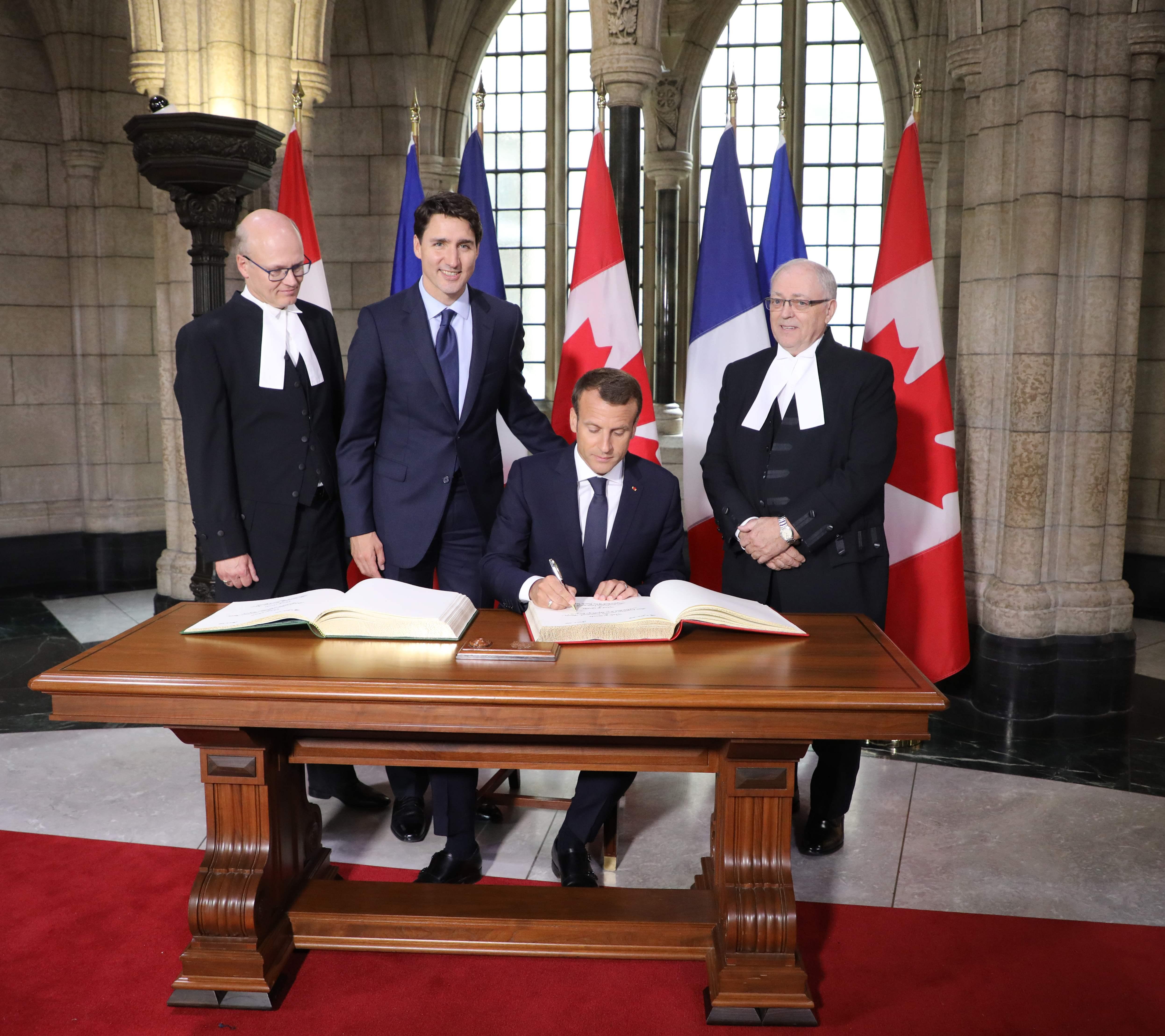 ماكرون بصحبة رئيس وزراء كندا