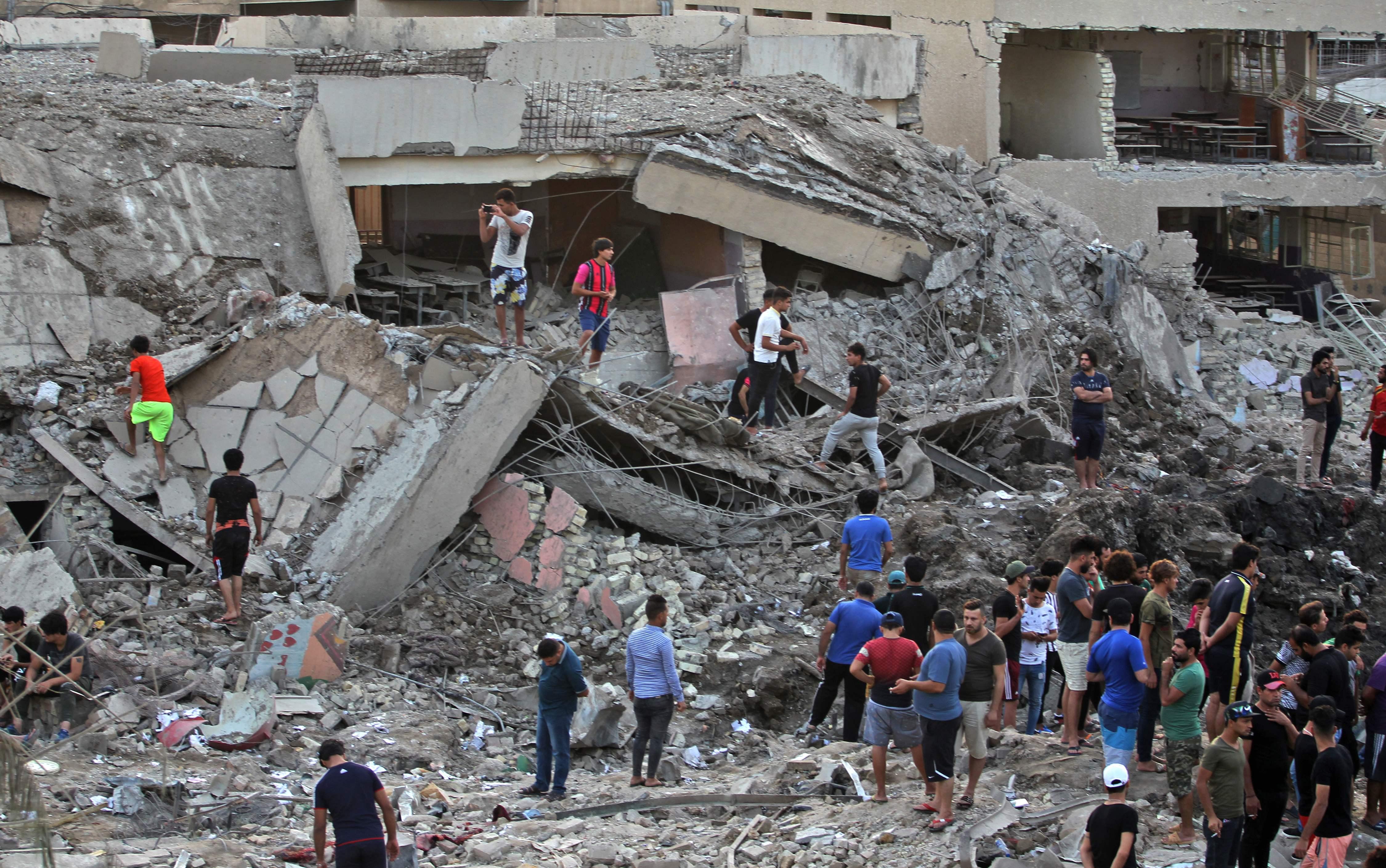 الشبان العراقيون بموقع التفجير