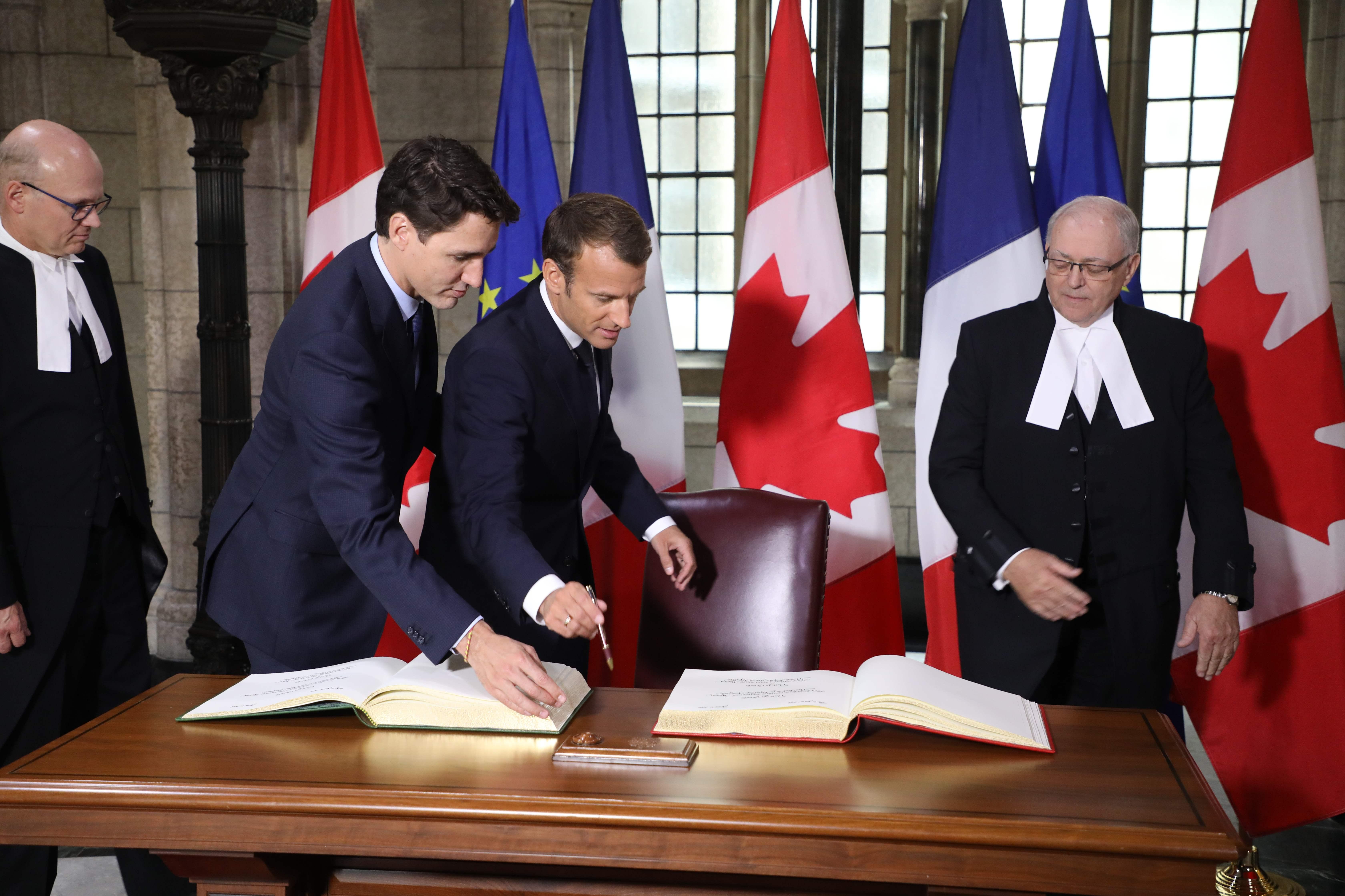 رئيس وزراء كندا يستقبل ماكرون