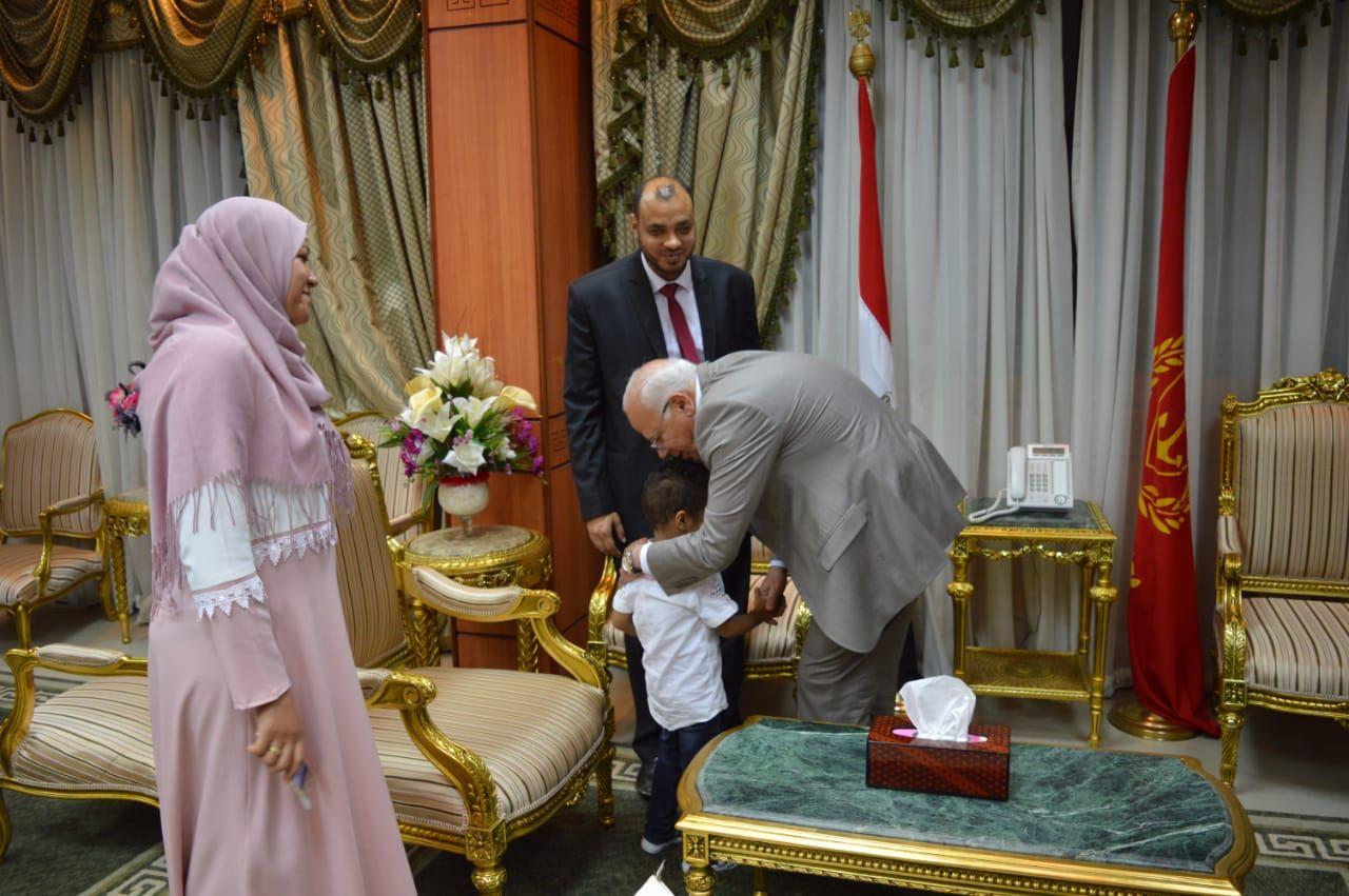 محافظ بورسعيد يكرم شاب كفيف لحصوله على الماجستير (3)