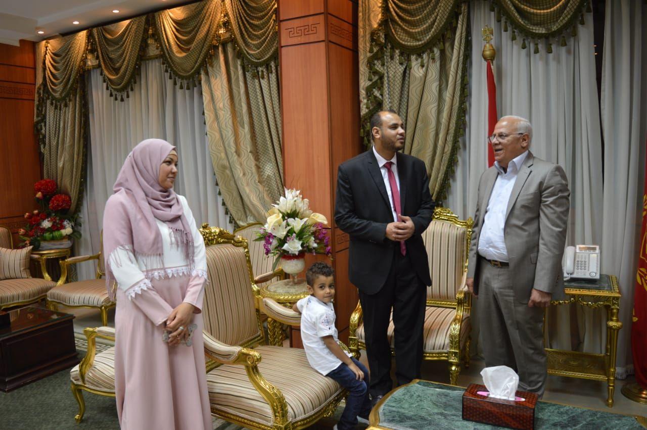 محافظ بورسعيد يكرم شاب كفيف لحصوله على الماجستير (1)