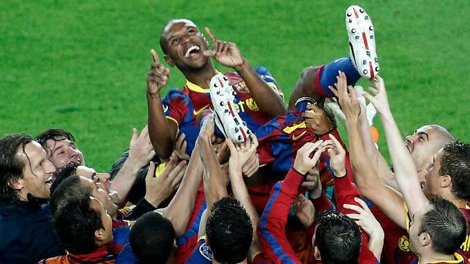 إريك أبيدال فى إحتفال سابق بأحد البطولات مع لاعبى برشلونة