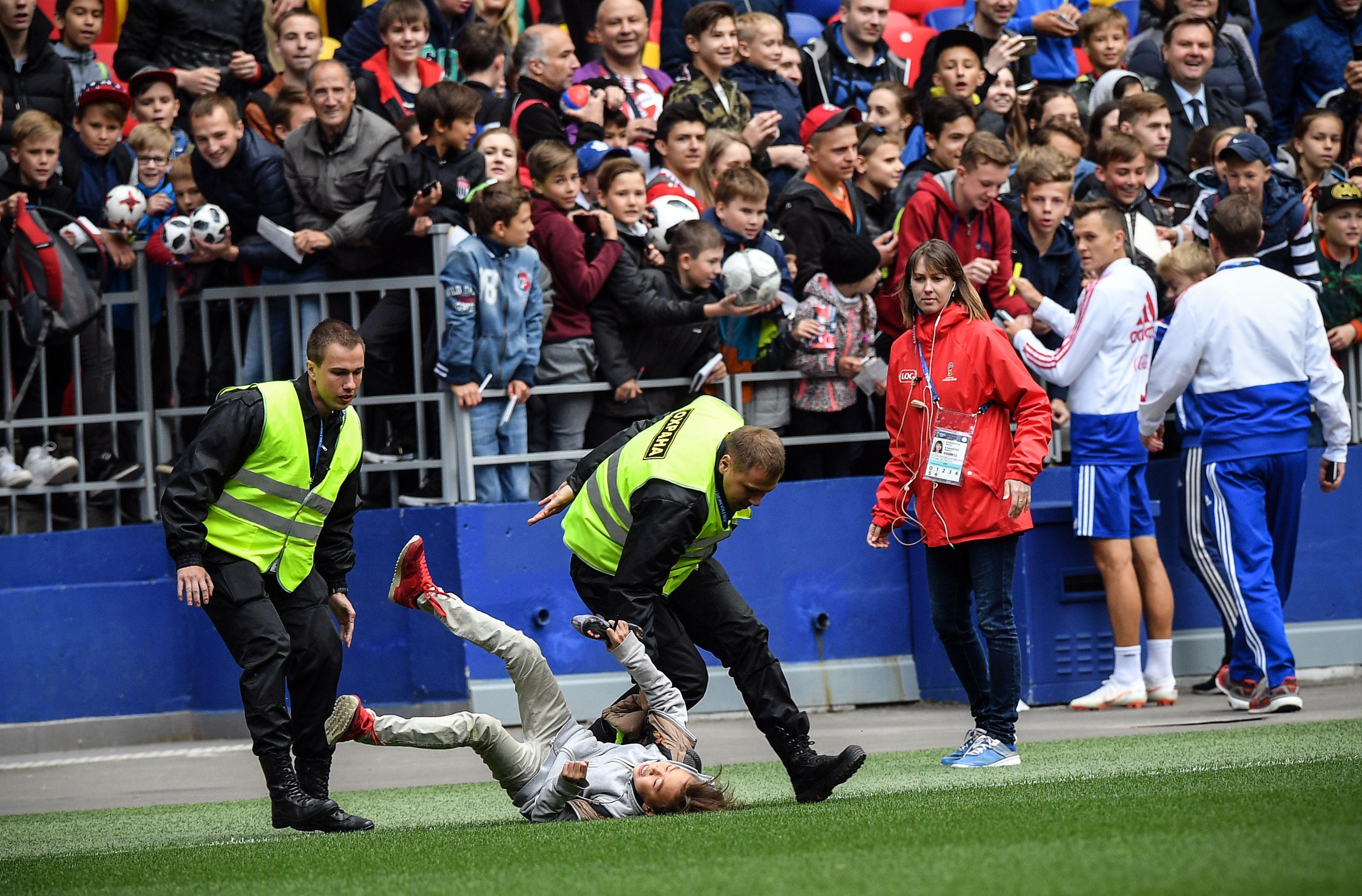 جماهير روسيا تقتحم أرض الملعب