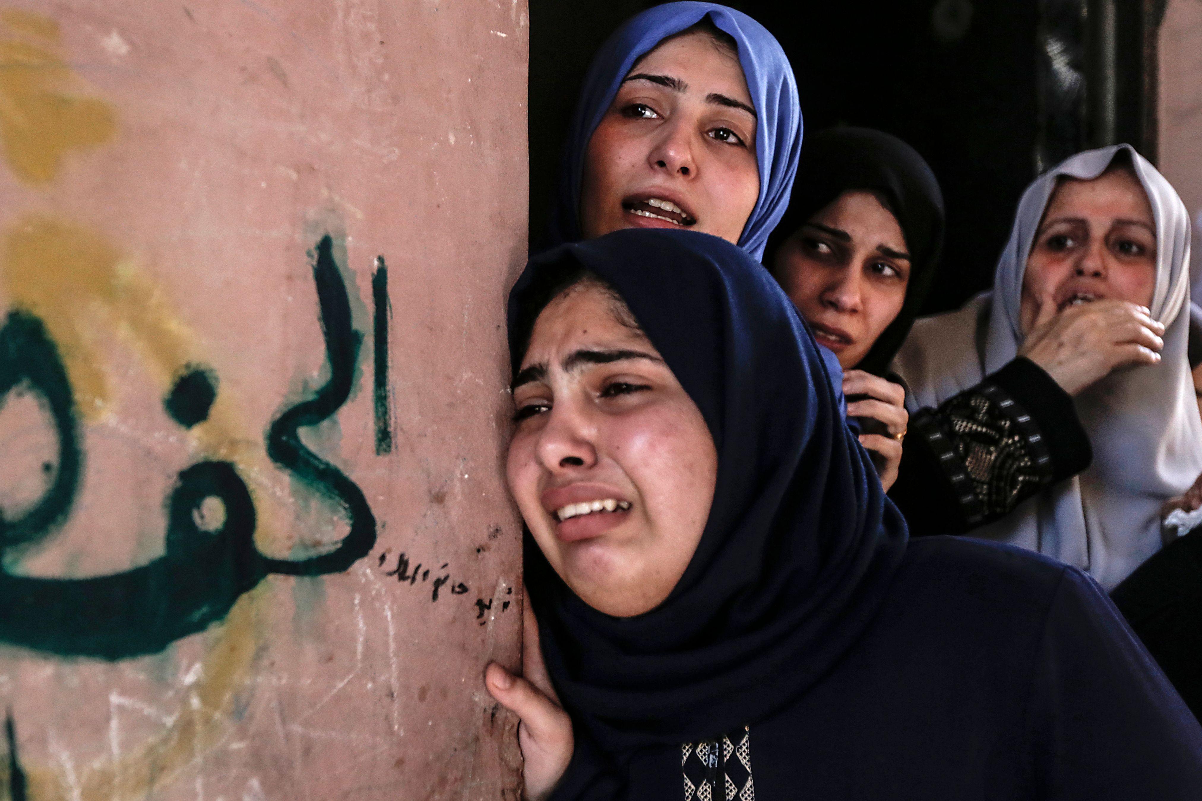 بكاء أسرة شهيد فلسطينى فى قطاع غزة