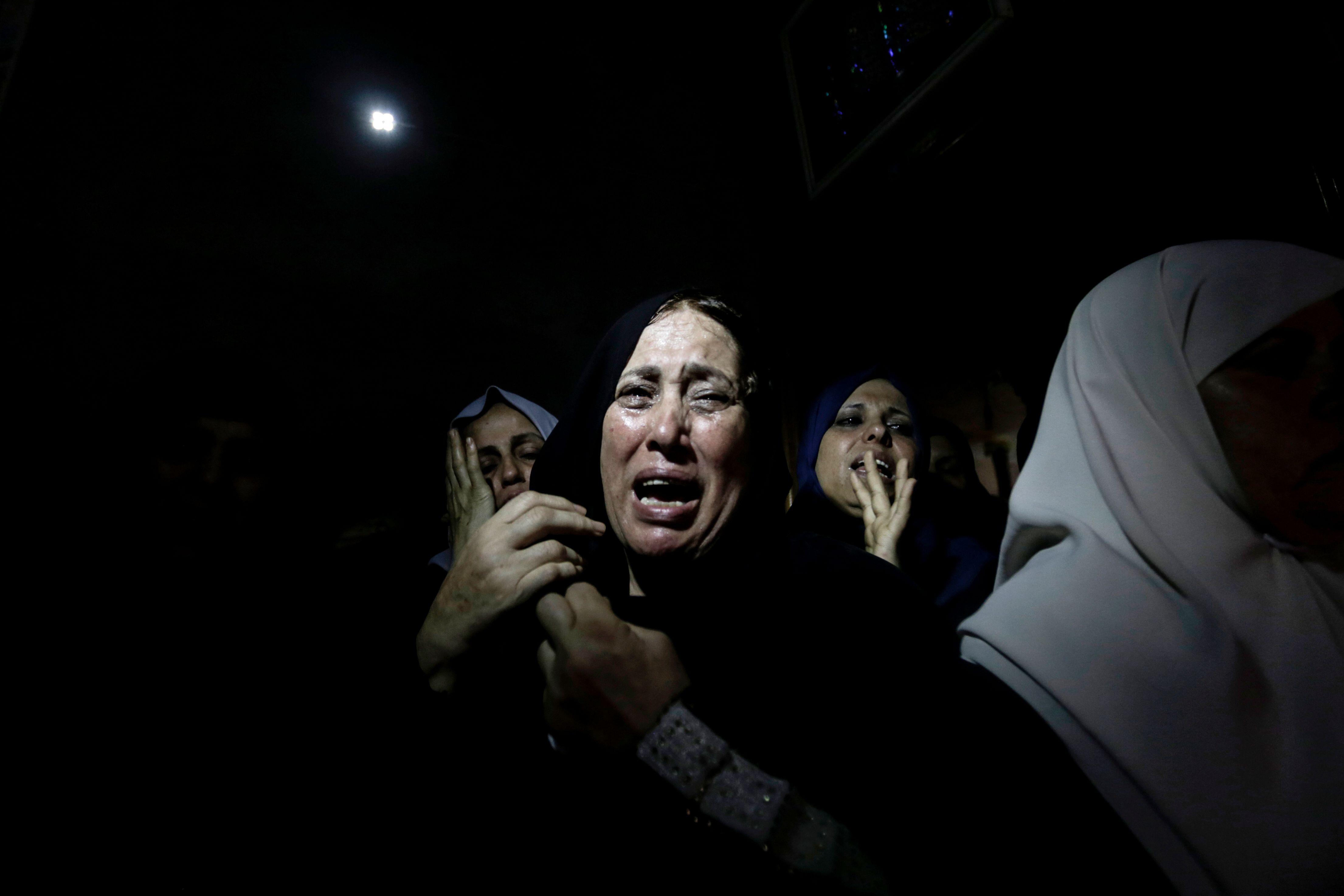بكاء وحزن على شهيد فلسطينى فى مليونية القدس